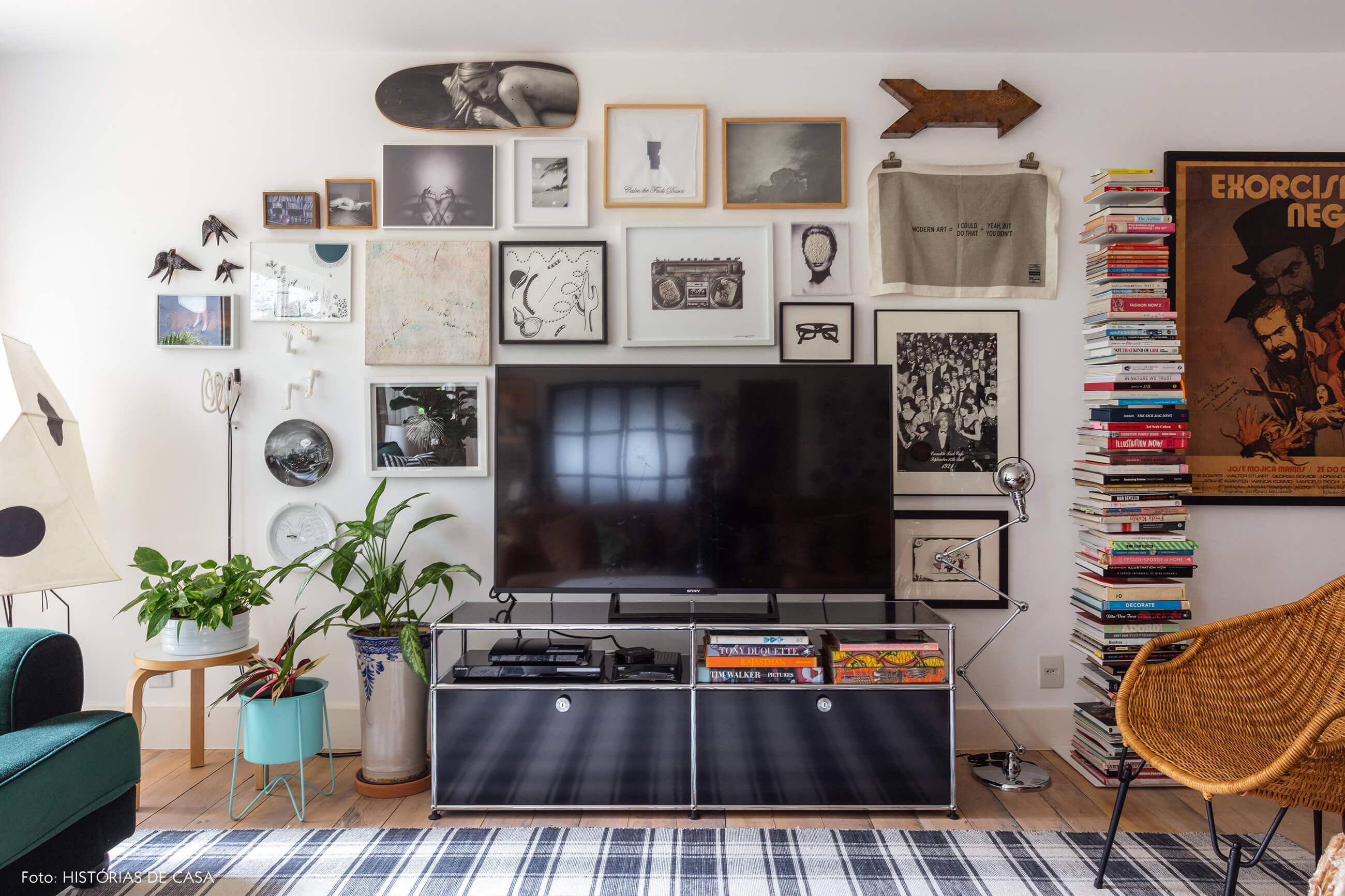 Parede de quadros atrás da TV