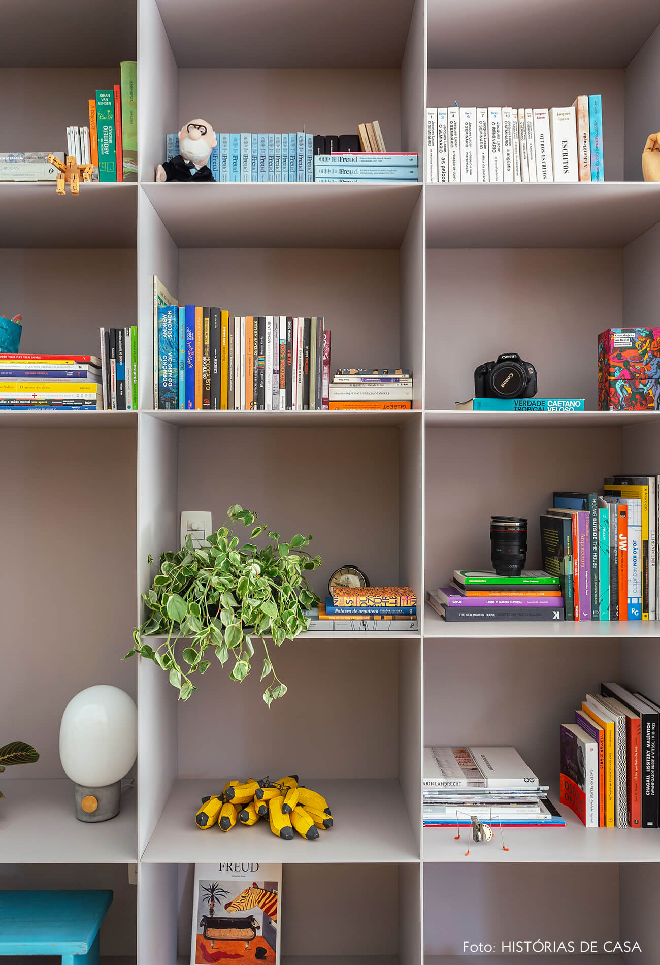 07-decoracao-apartamento-estante-metalica-cinza-serralheria