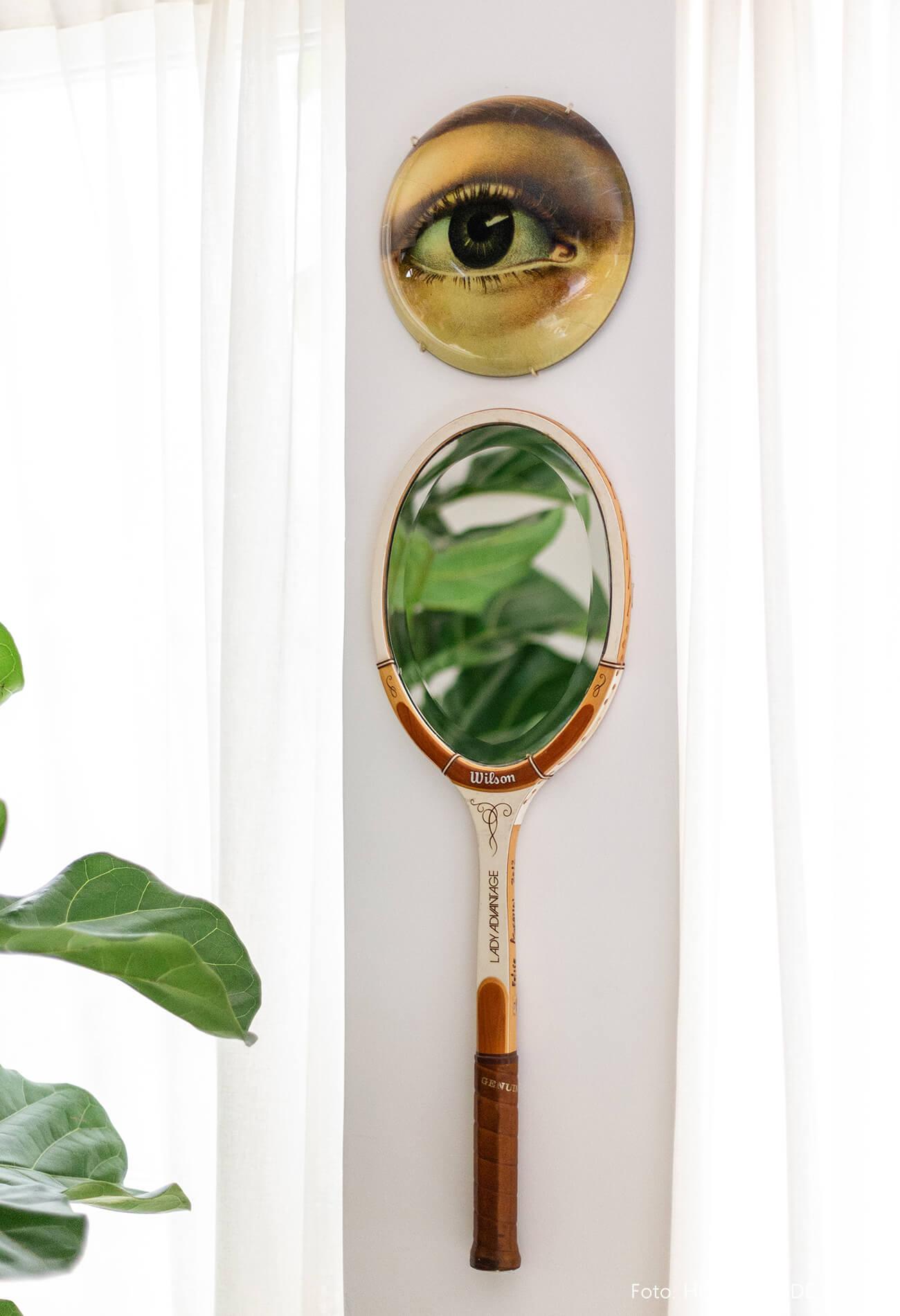 Raquete com espelho na parede
