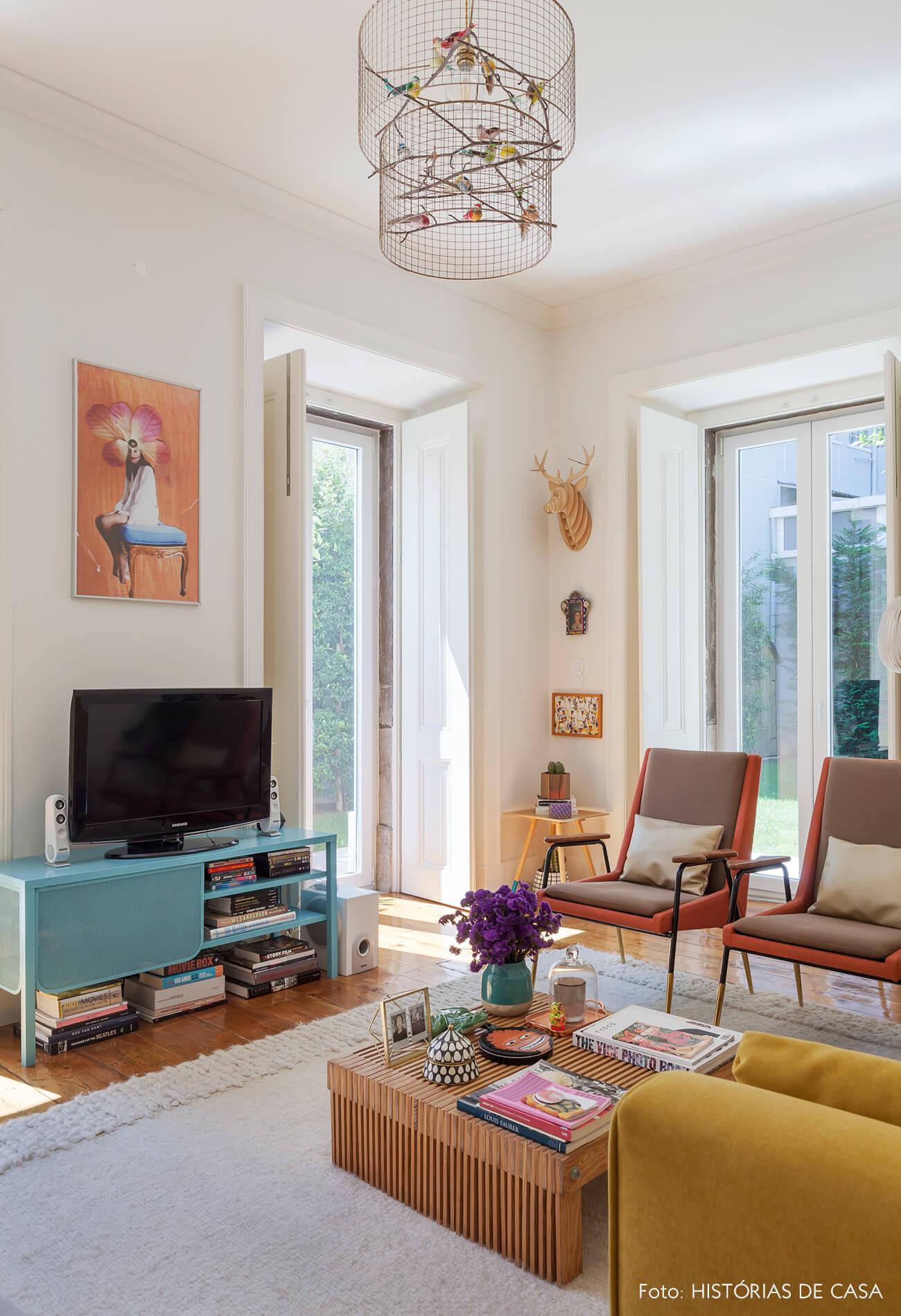Sala de apartamento antigo com rack azul claro