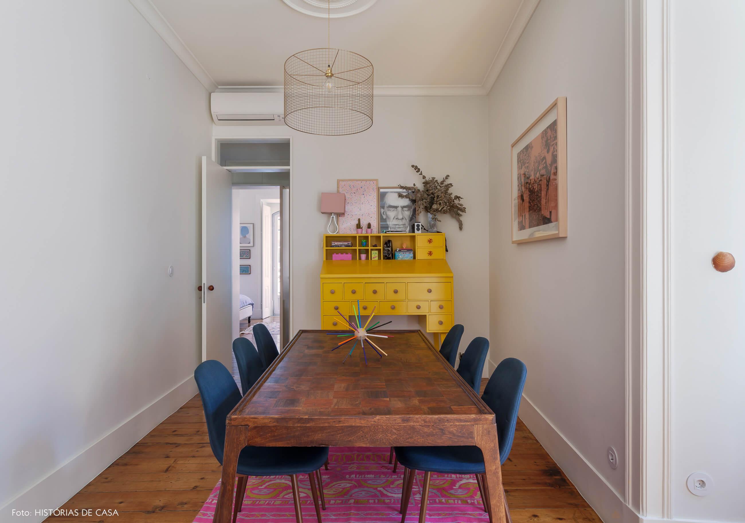 Sala de jantar com móveis vintage e aparador amarelo