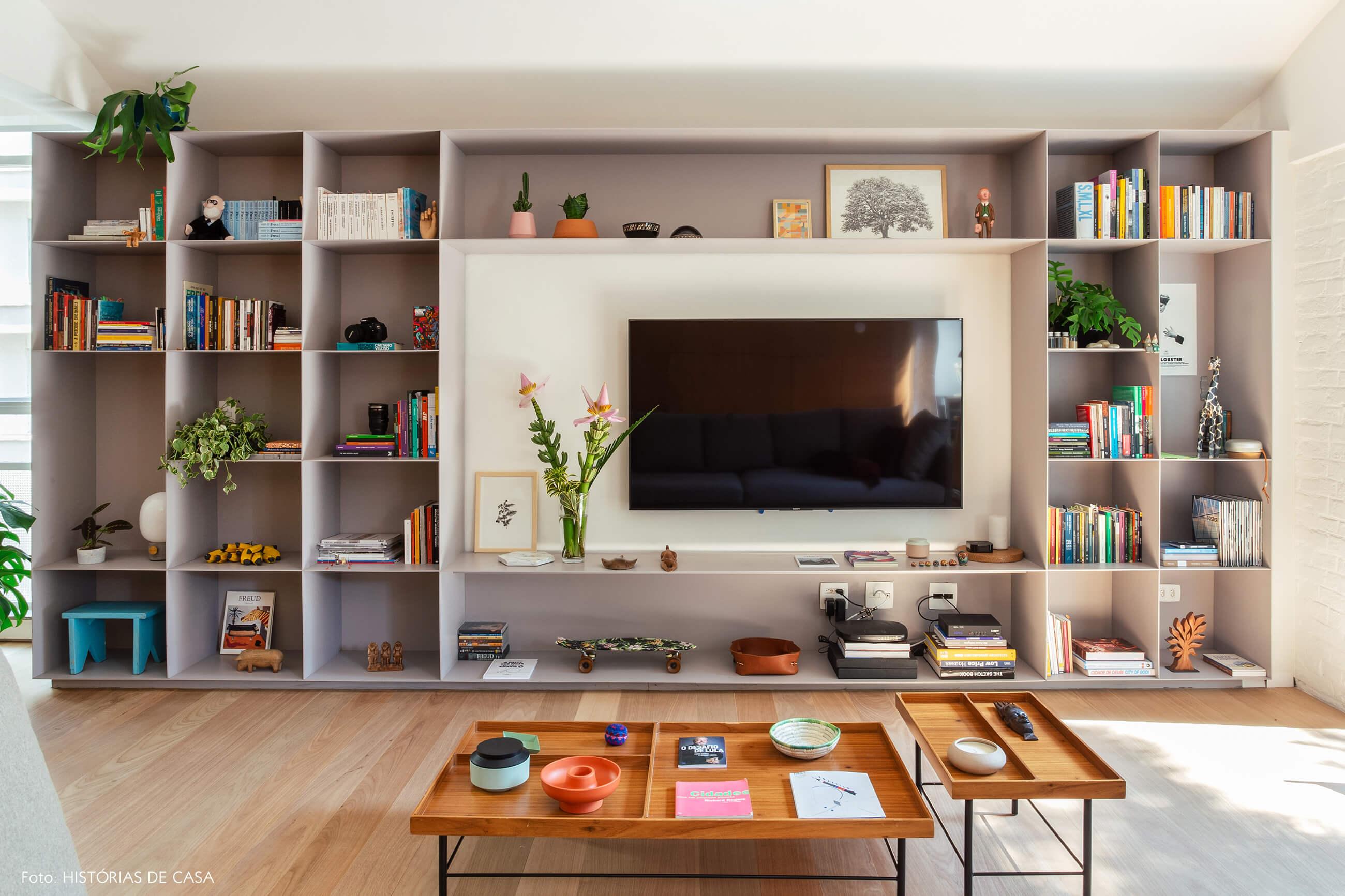 Estante metálica de serralheria cinza como móvel para a TV