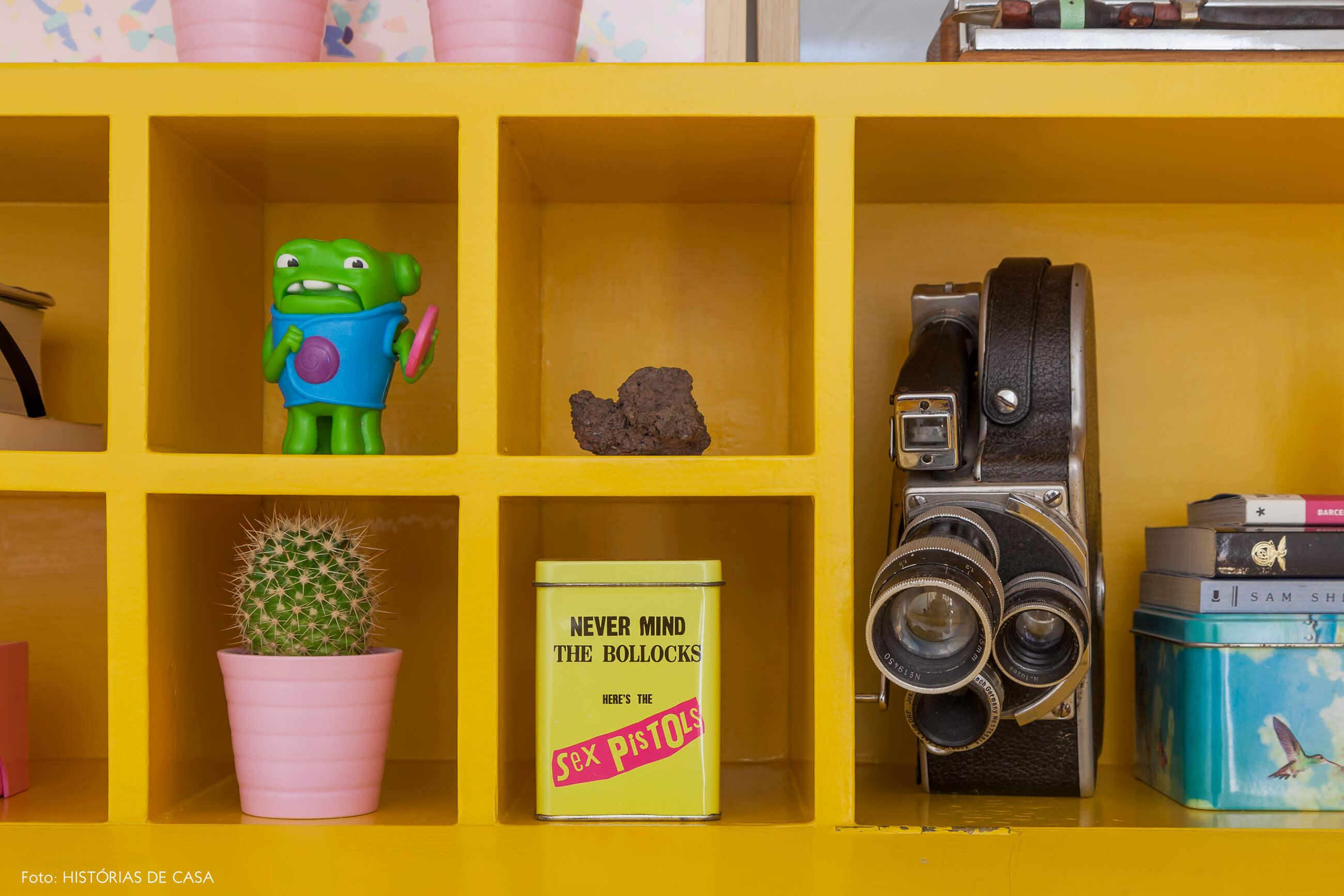 Aparador amarelo com objetos de viagem