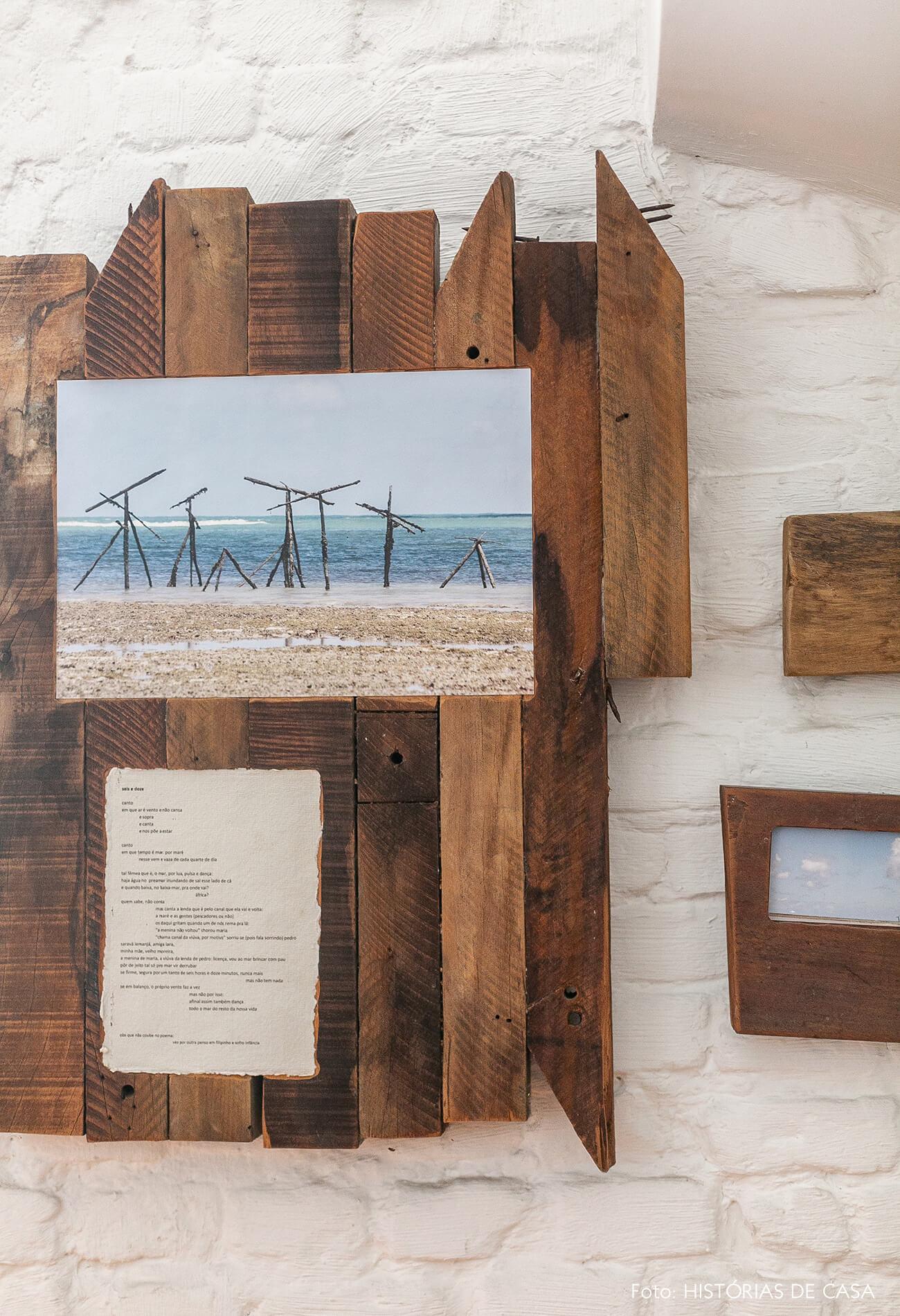 Obra de arte de madeira na parede de tijolinho