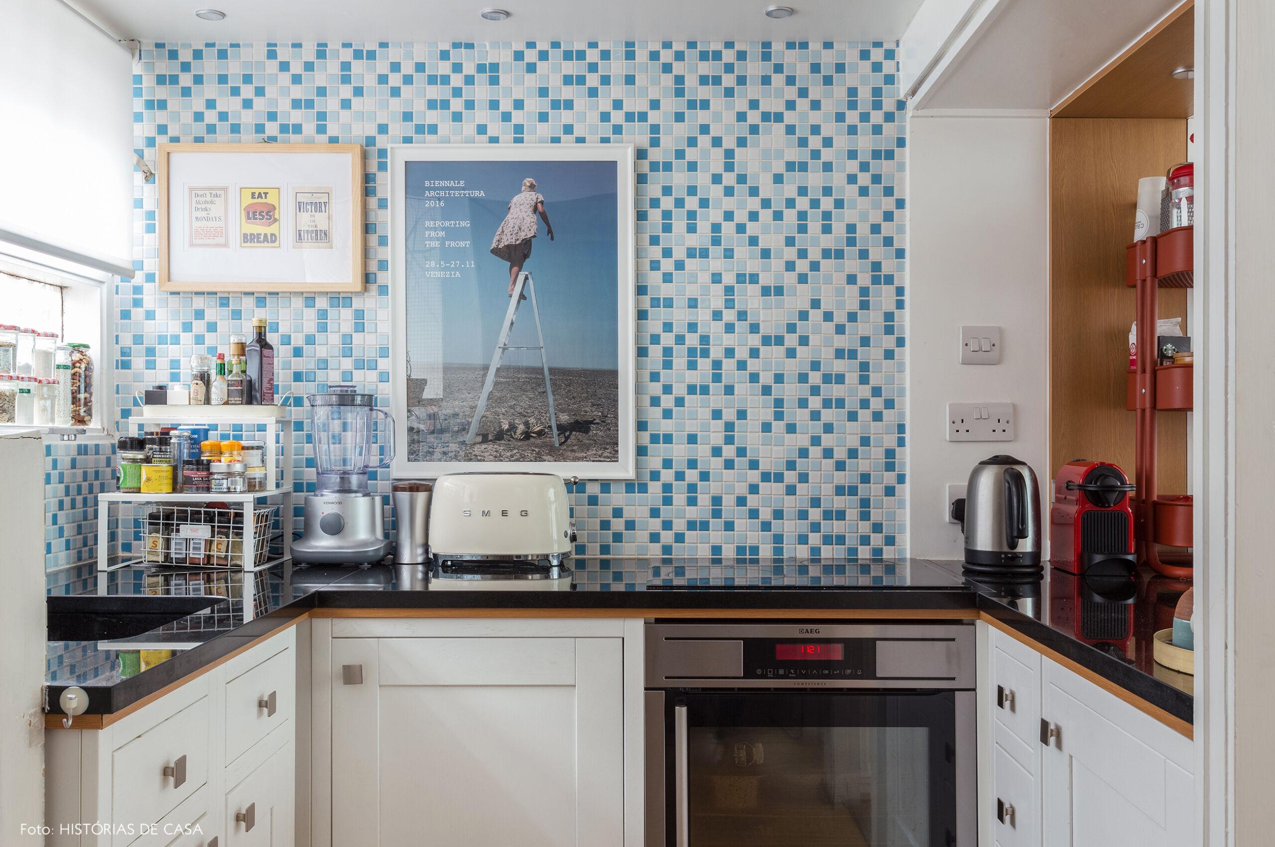 19-decoracao-apartamento-cozinha-pequena-pastilhas-azuis