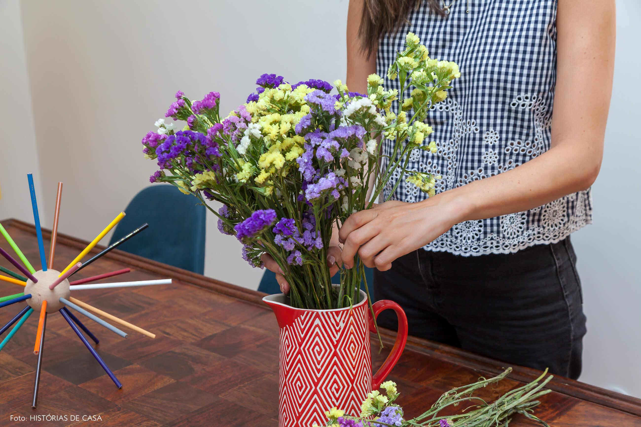 Arranjo de flores em vaso de cerâmica