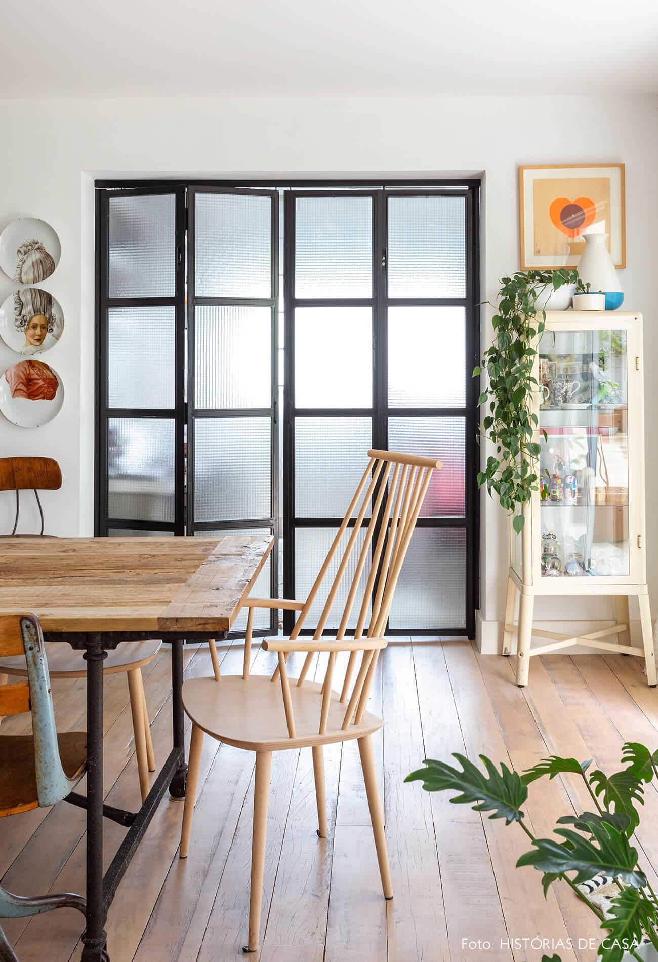 Sala de jantar, cadeira escandinava e porta de serralheria