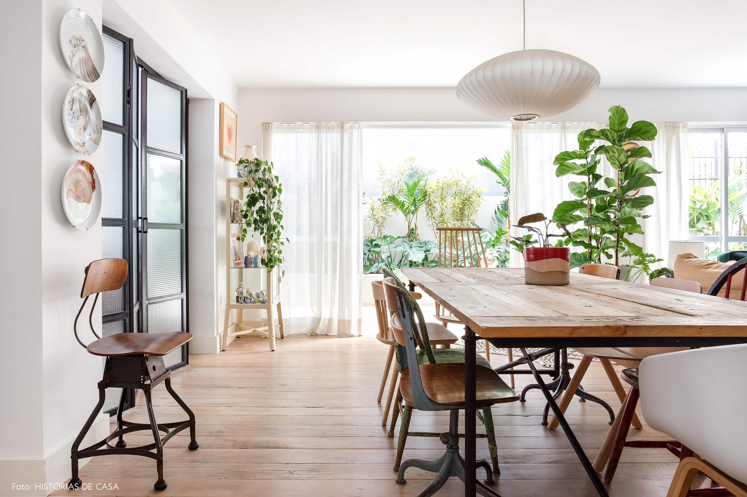 Sala de jantar com mesa de estilo industrial