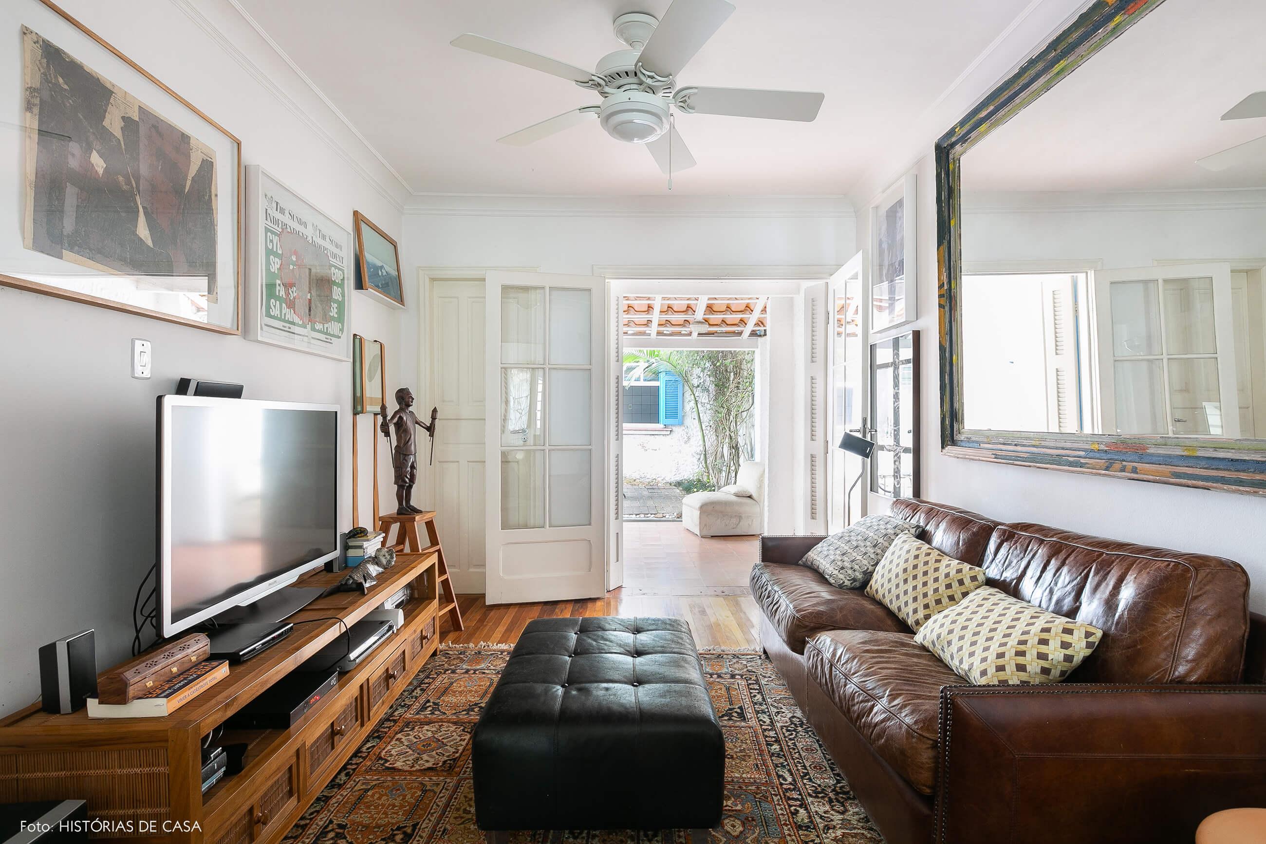 Sala integrada com sofá de couro