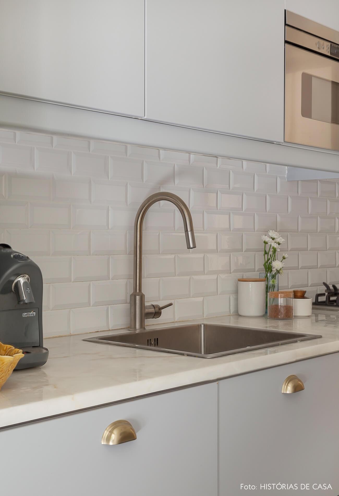 Cozinha cinza com clima vintage e subway tiles