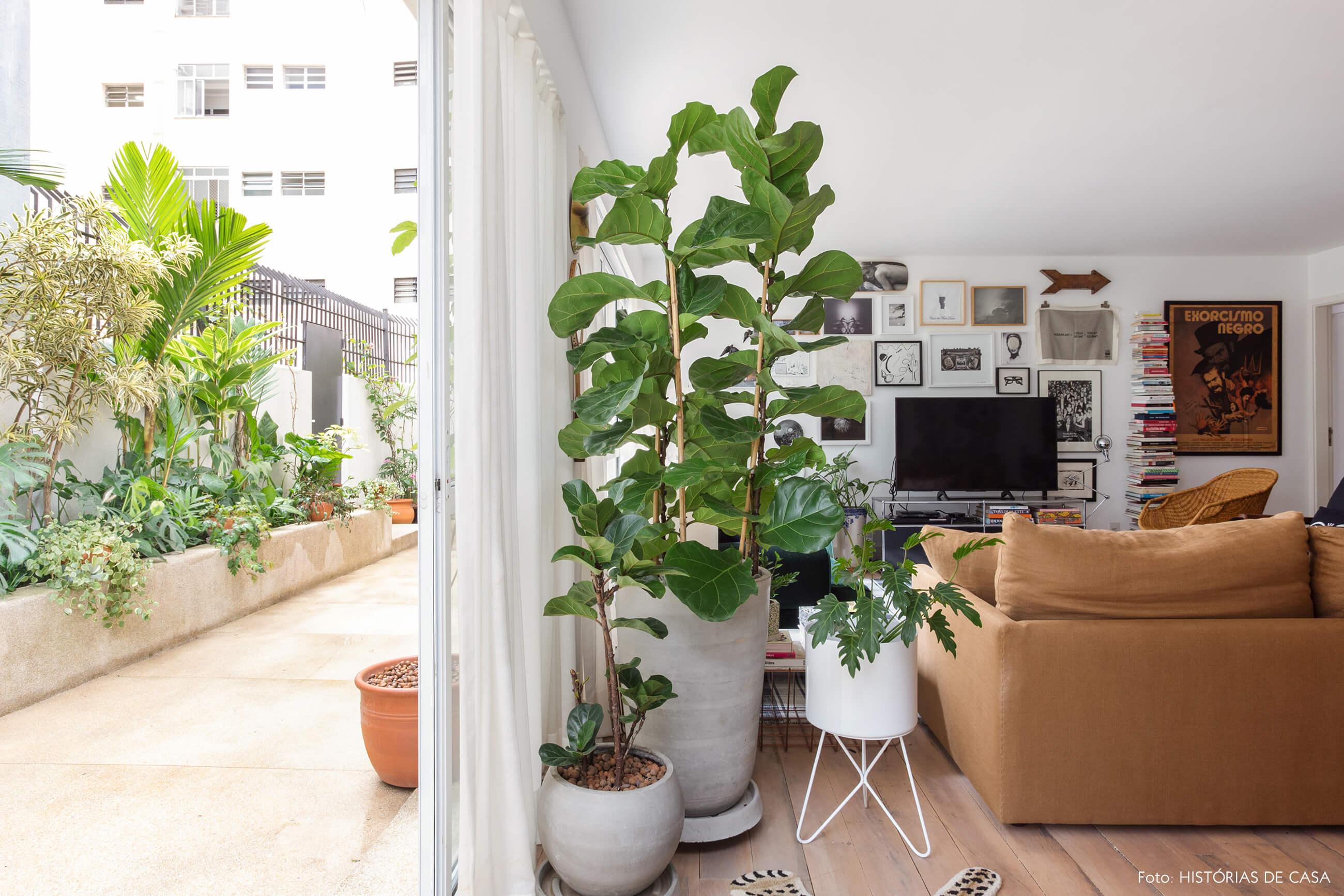 Sala de estar integrada ao jardim em apartamento térreo