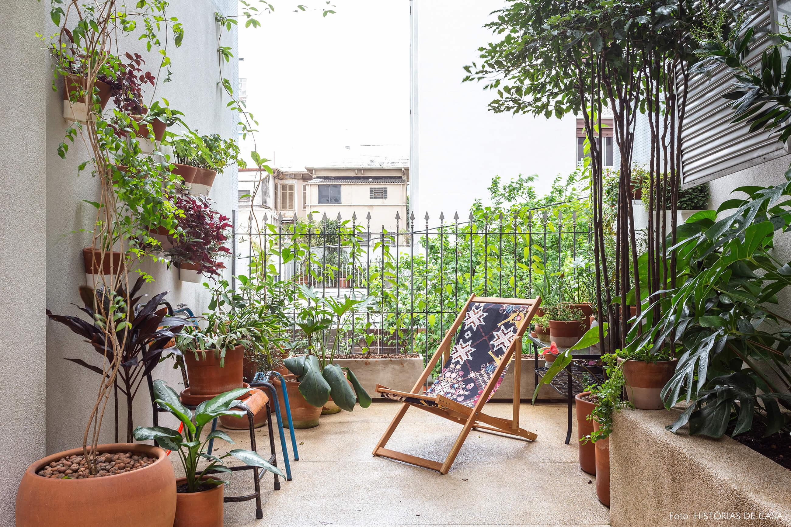 Jardim com muitas plantas e espreguiçadeira