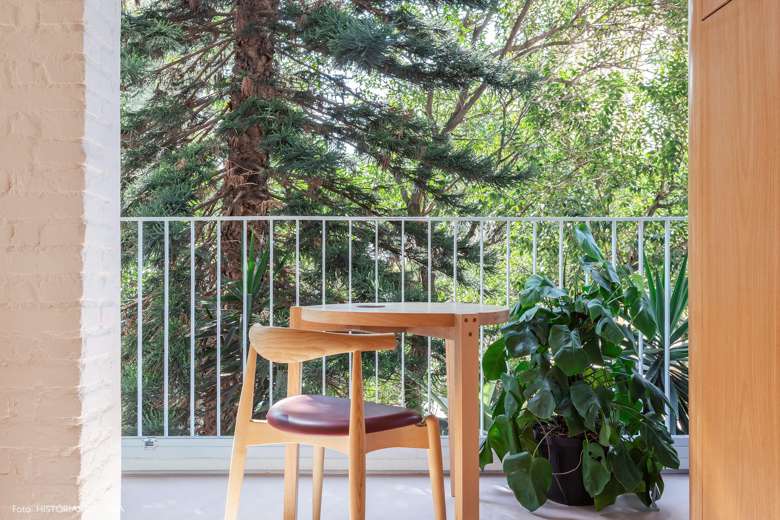 Apartamento com varanda e vista para as árvores