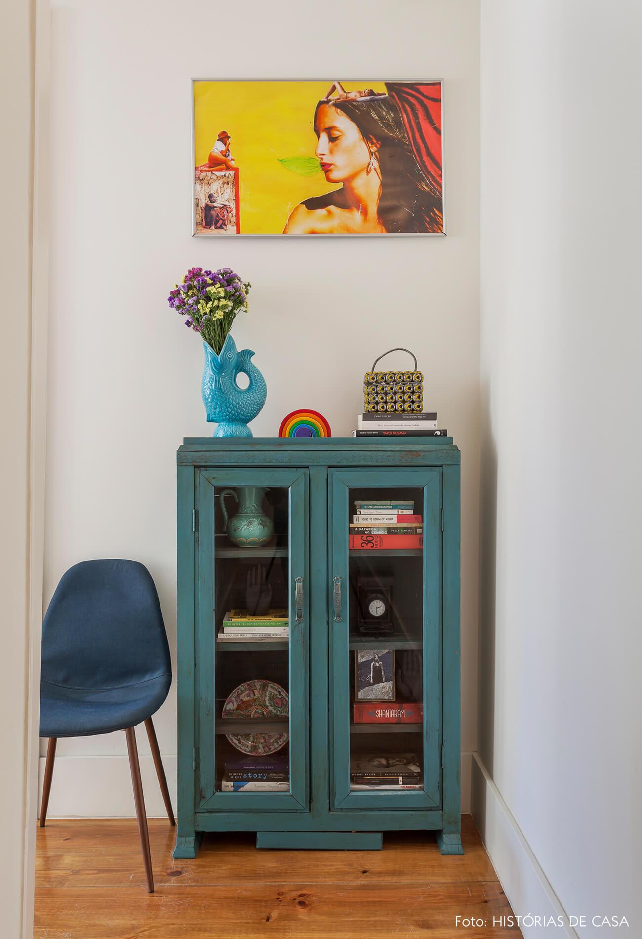 Corredor com quadros e armário vintage