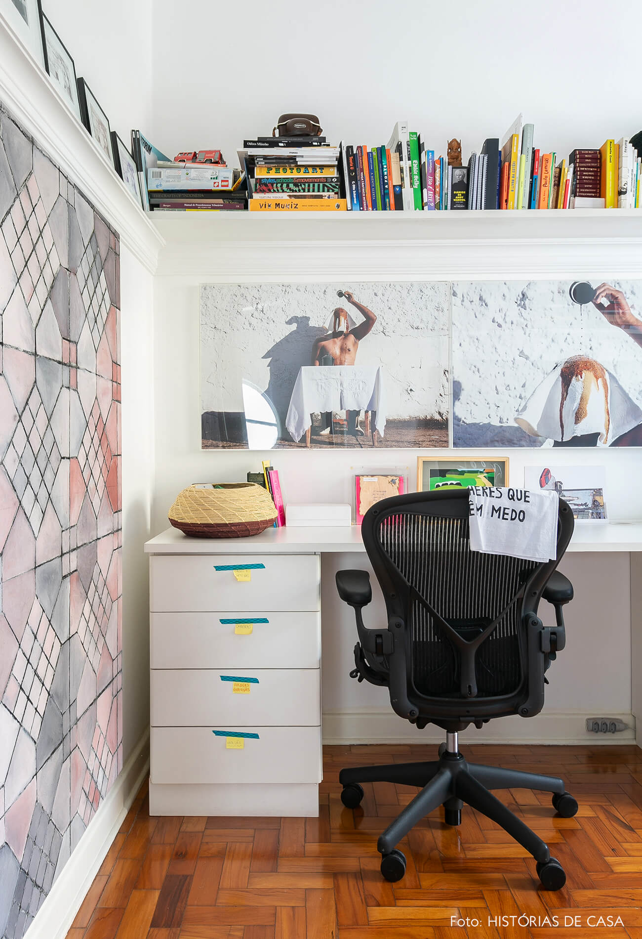 Home office com obras de arte