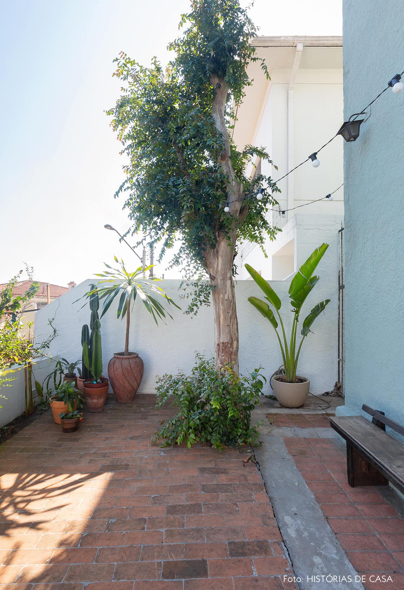 Casa de vila com terraço frontal e plantas