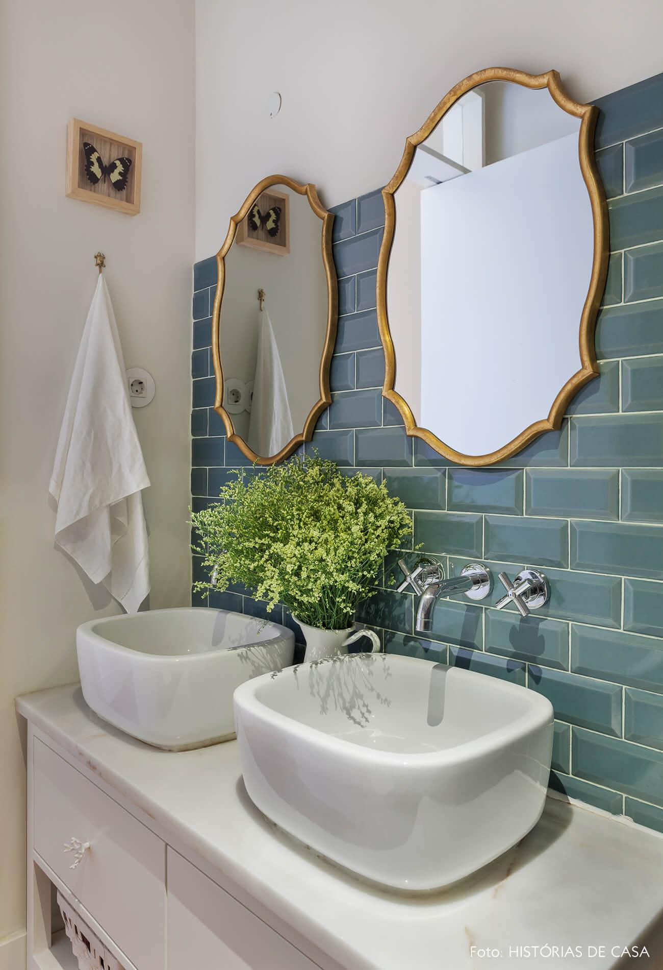 Banheiro com azulejos de metrô verdes
