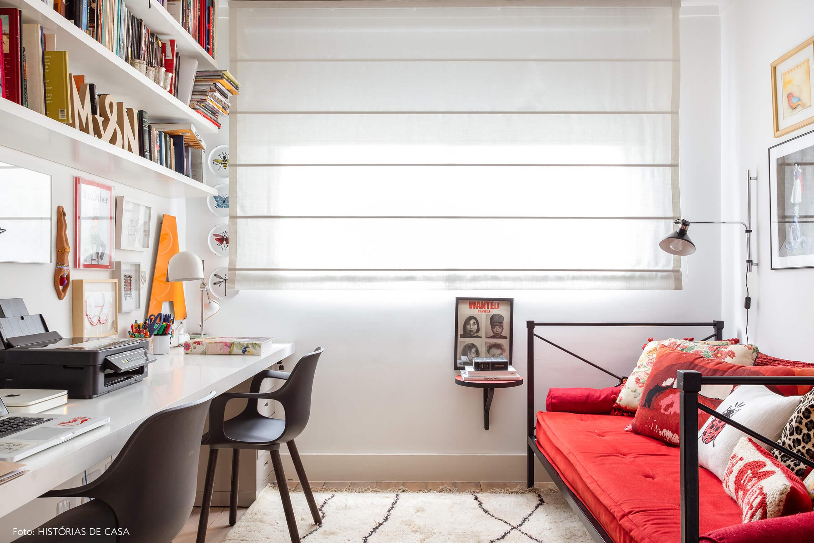 Home office com sofá de ferro e almofadas coloridas