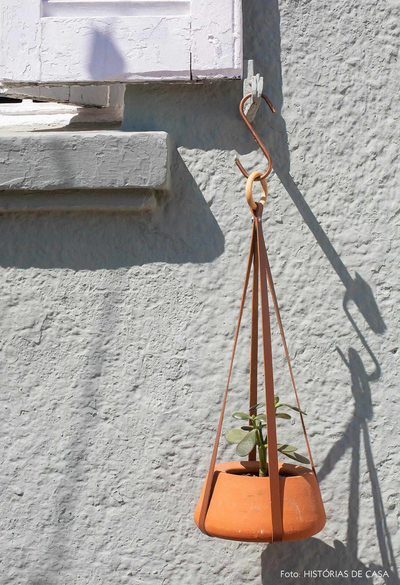Vaso suspenso de barro com tiras de couro