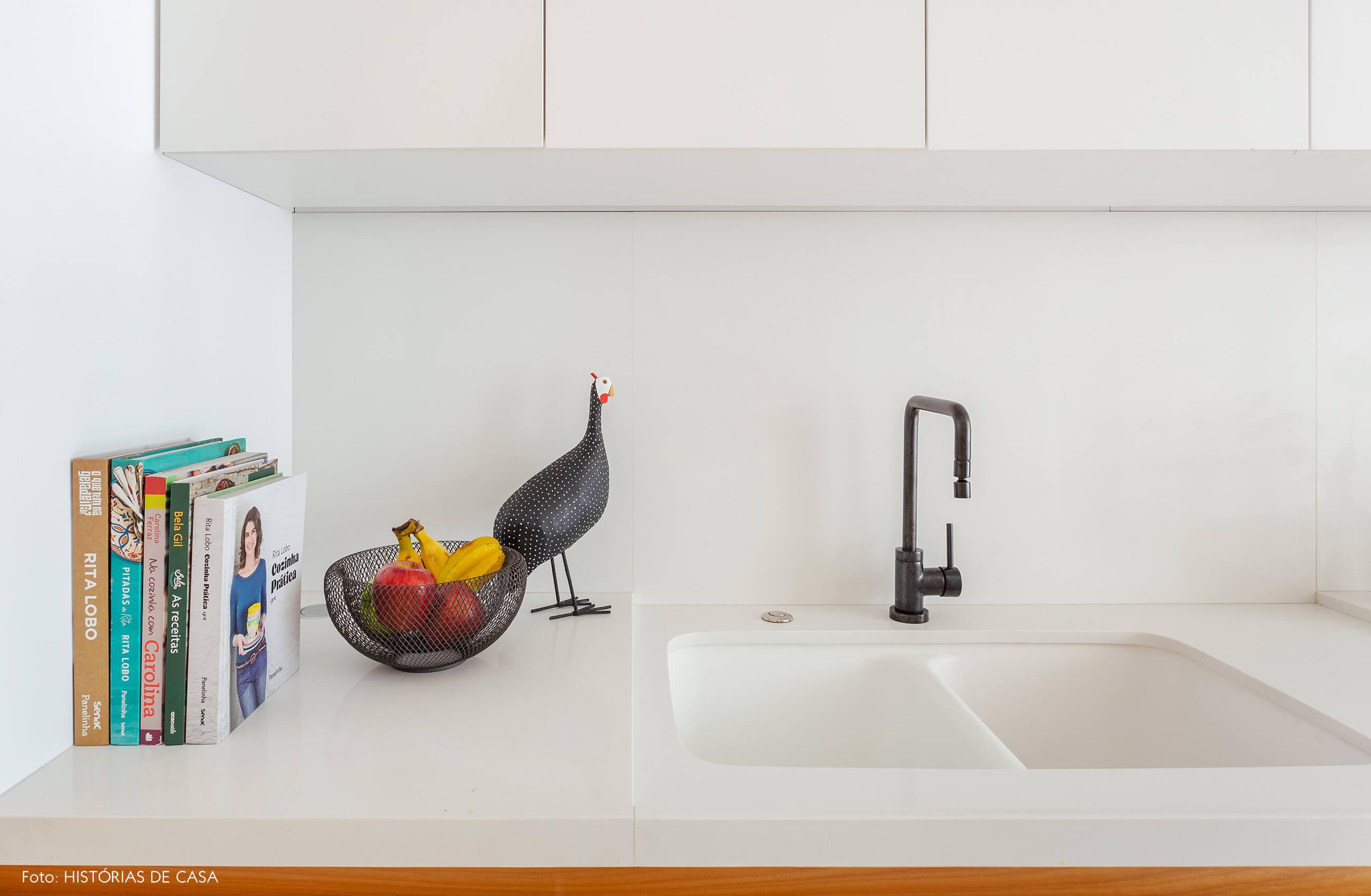 Cozinha com marcenaria sob medida em dois tons e bancada branca