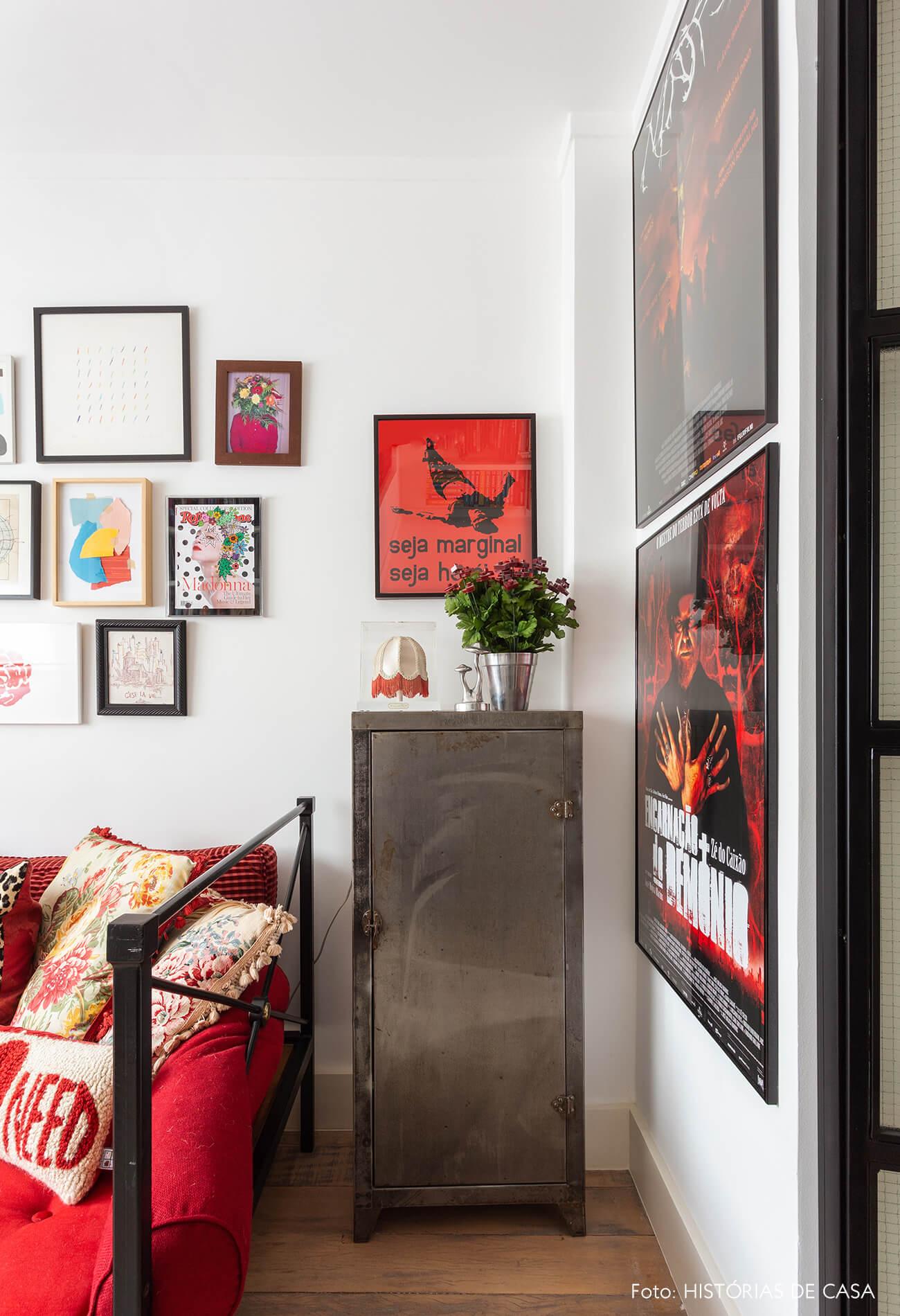 Escritório com parede de quadros coloridos