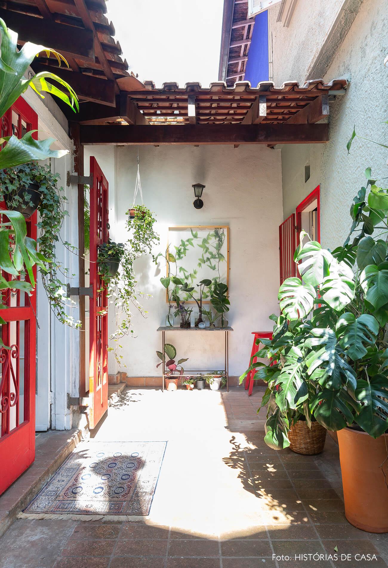 Casa de vila com quintal e esquadrias vermelhas