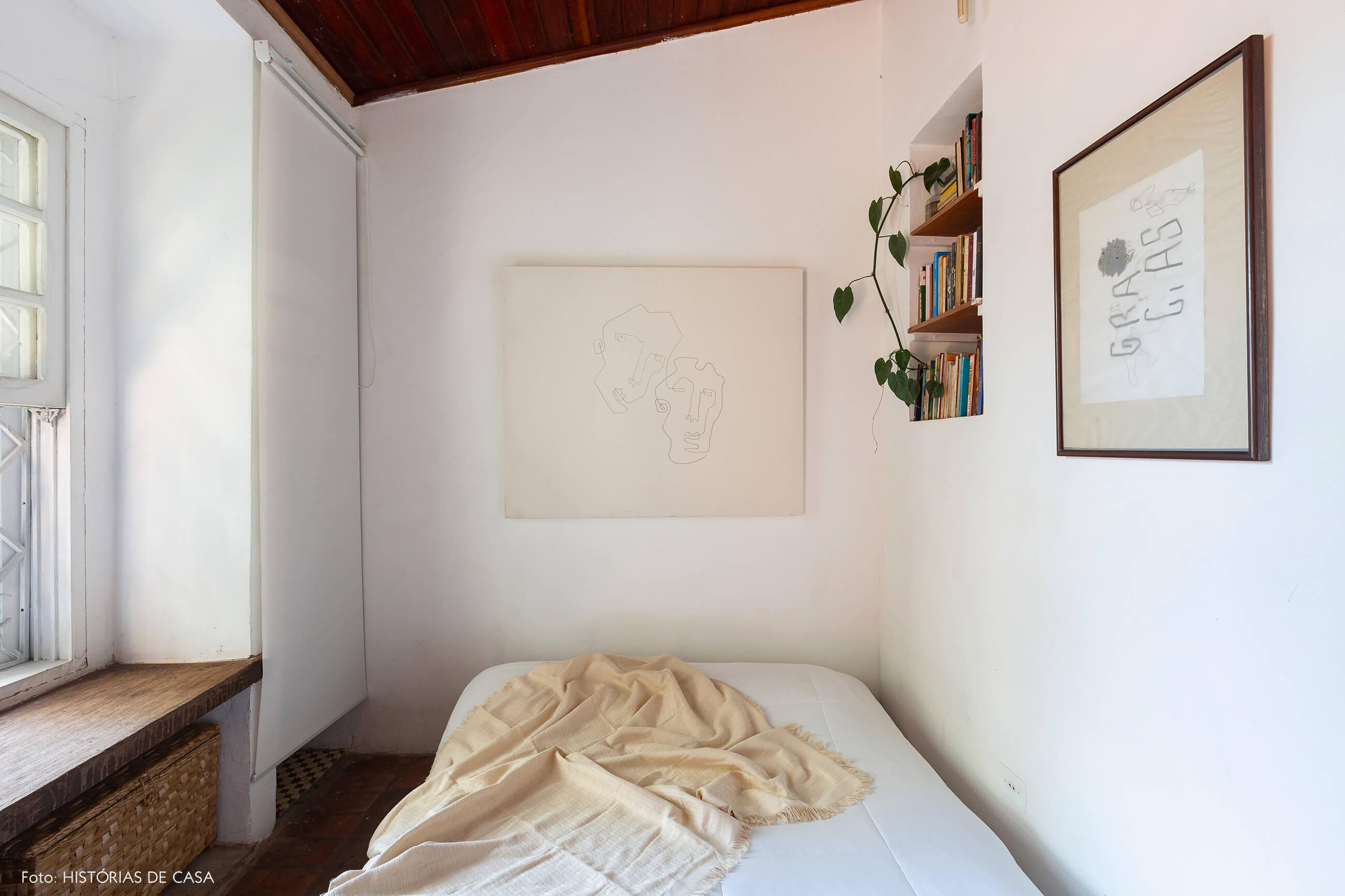 Quarto de casal com paredes brancas