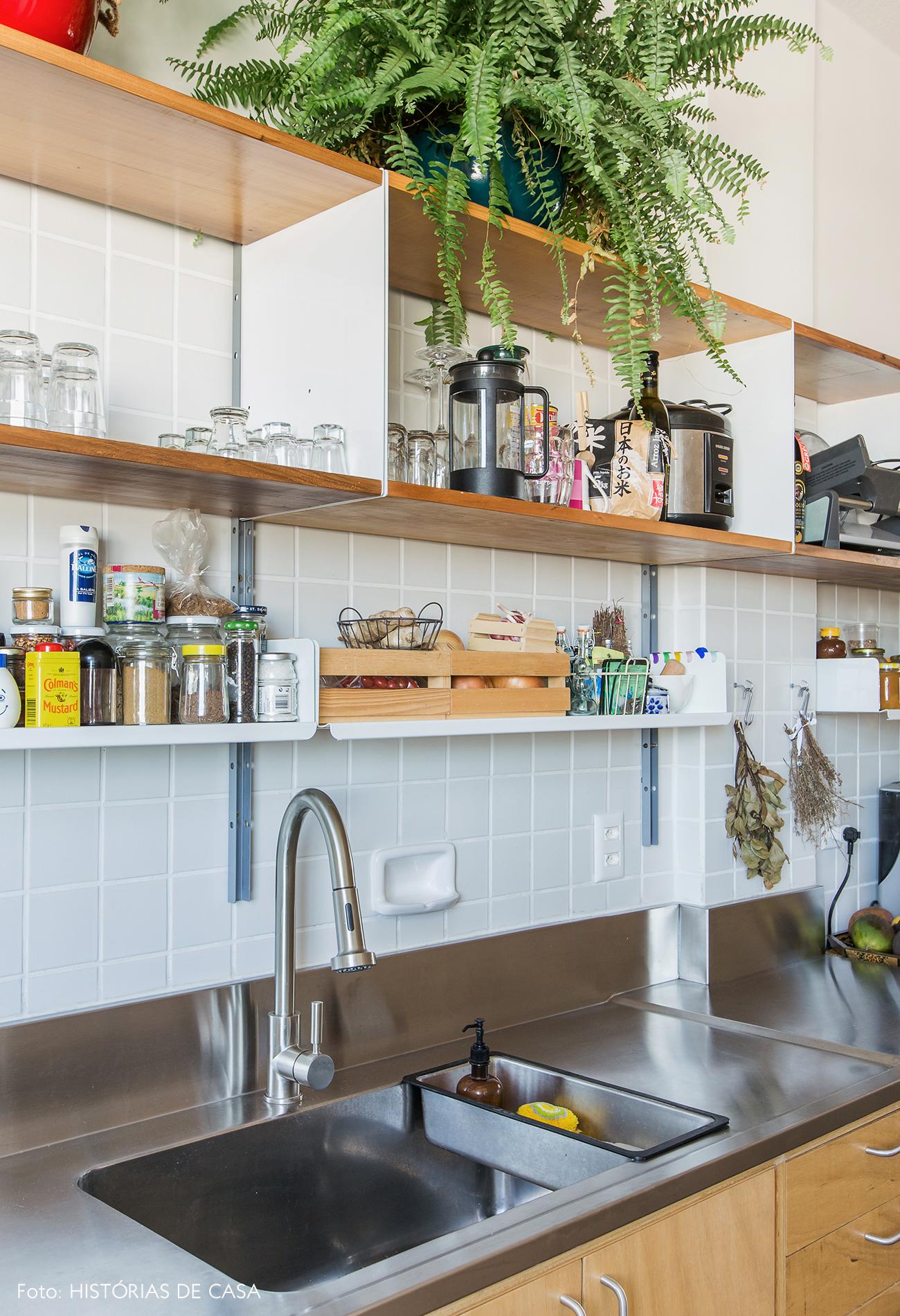 Cozinha estreita com bancada de inox