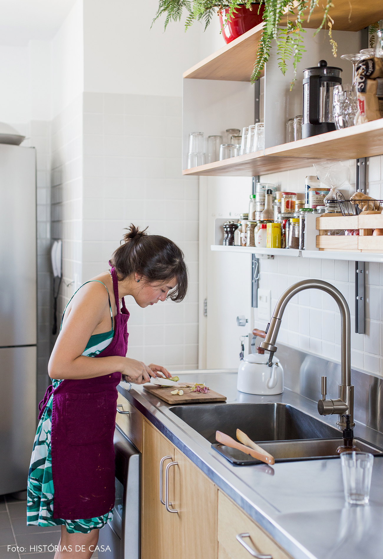 Cozinha com bancada de aço inox