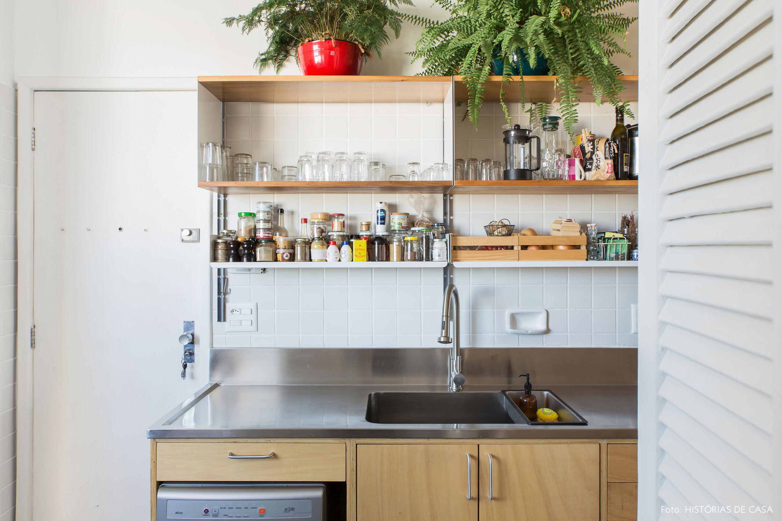 Cozinha com nichos abertos e bancada de aço inox
