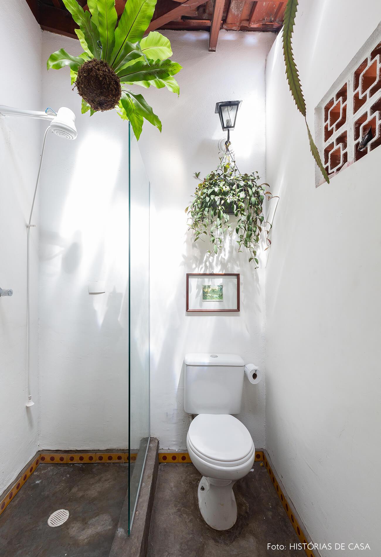 Banheiro com telhas de vidro e plantas