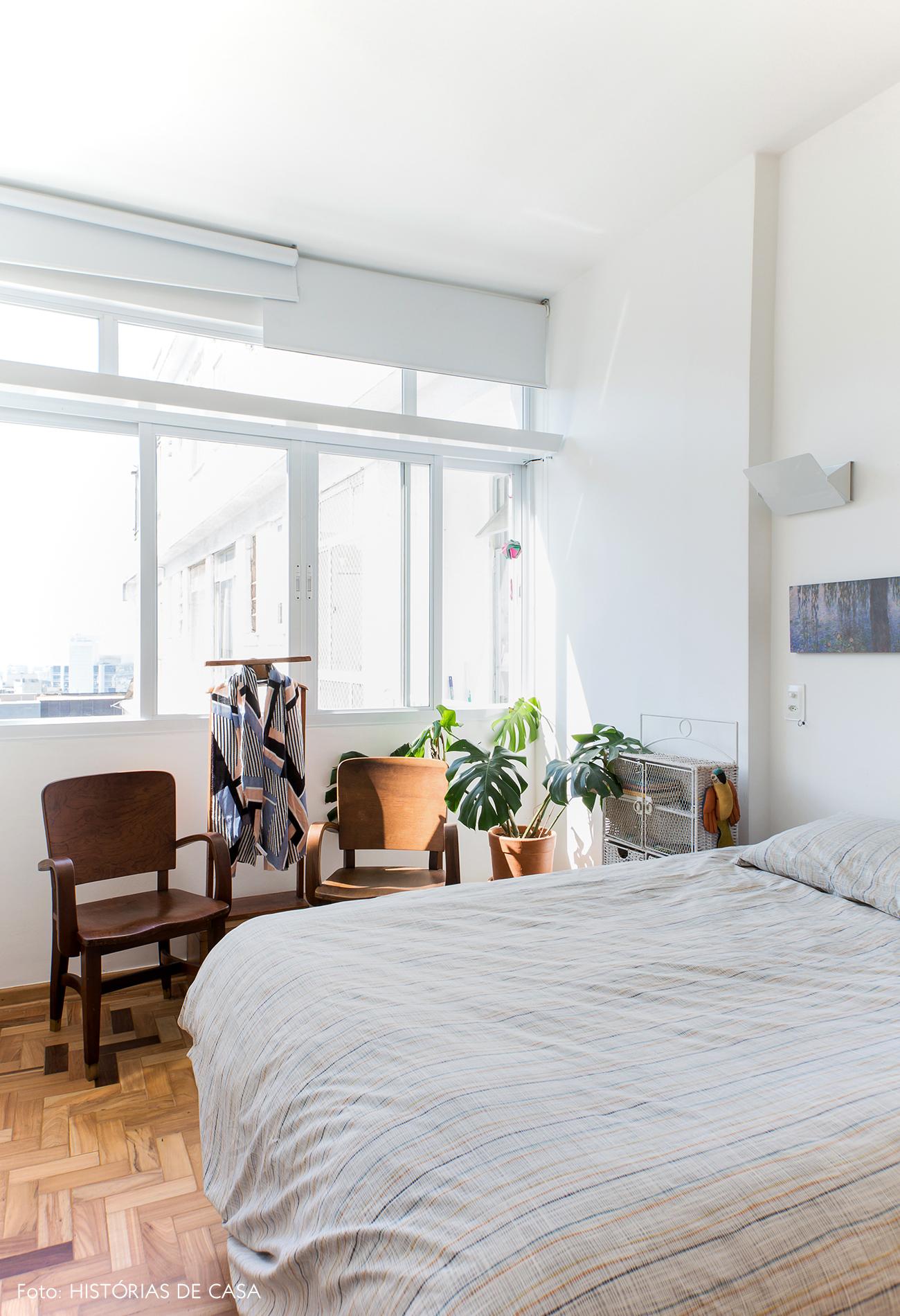 Quarto com móveis garimpados e plantas
