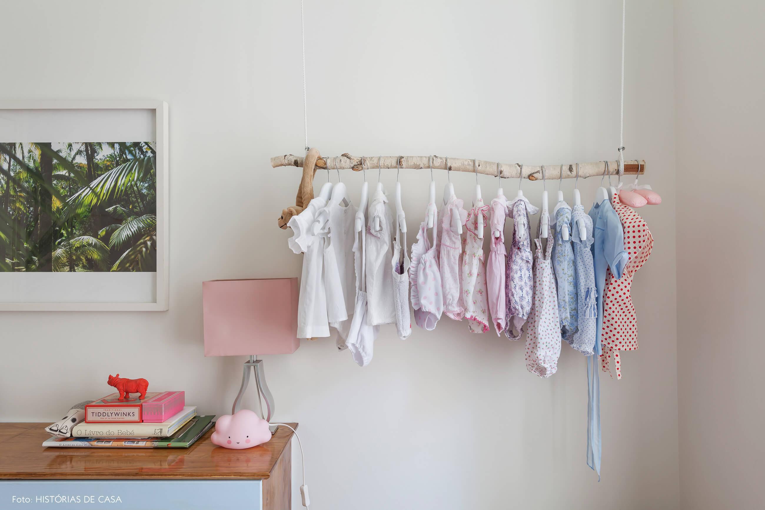 Arara feita com galhos em quarto de bebê