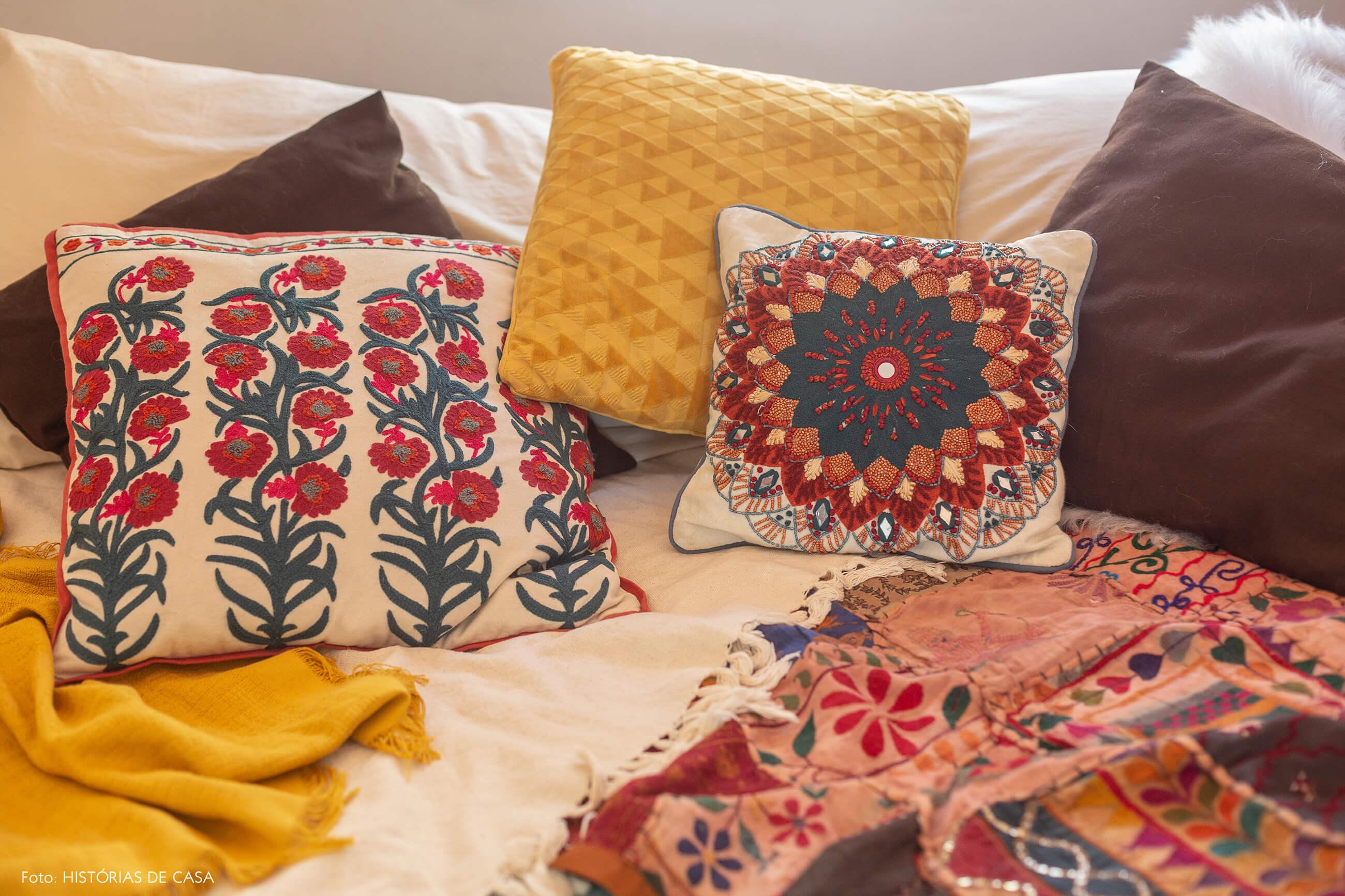 Almofadas coloridas de estilo étnico