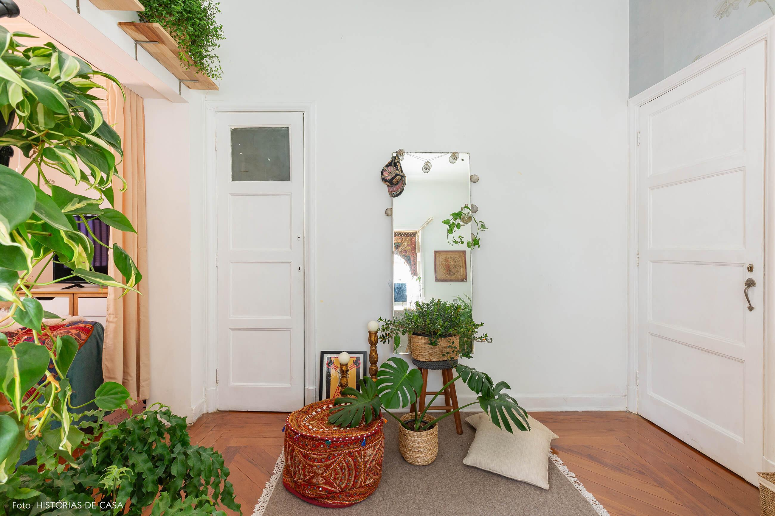 Quarto de casal com plantas e estilo étnico