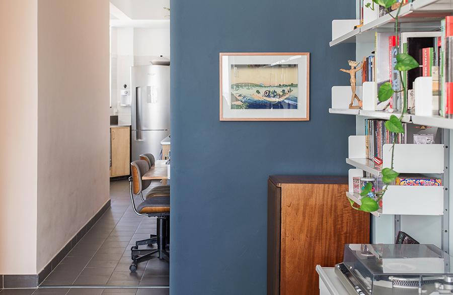 Sala com paredes em dois tons de azul
