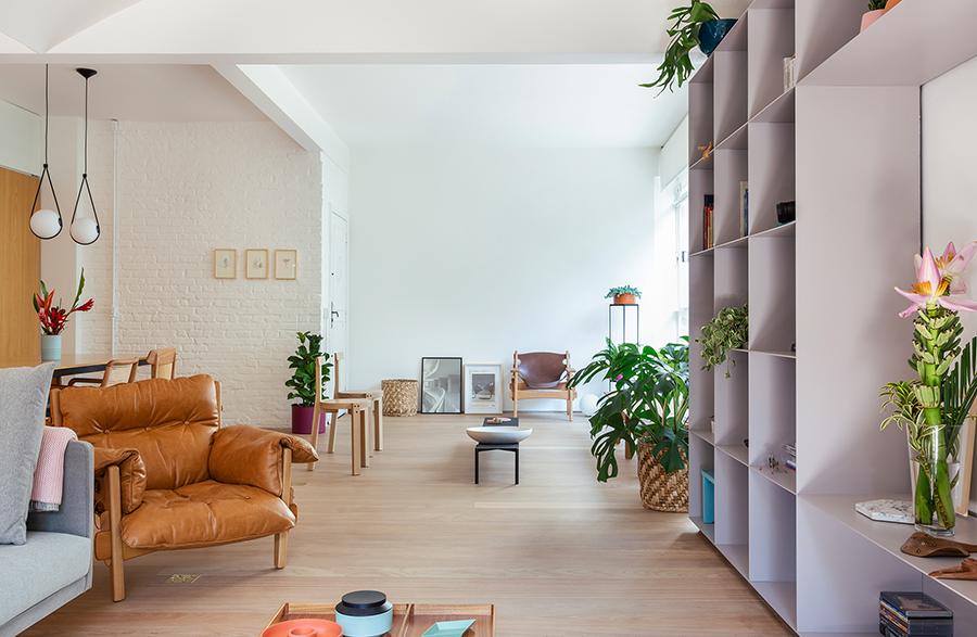 Sala integrada com piso de madeira claro