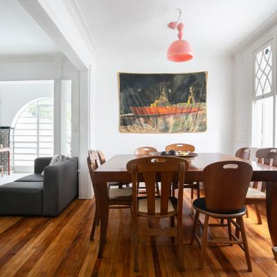 Sala de jantar com móveis de madeira