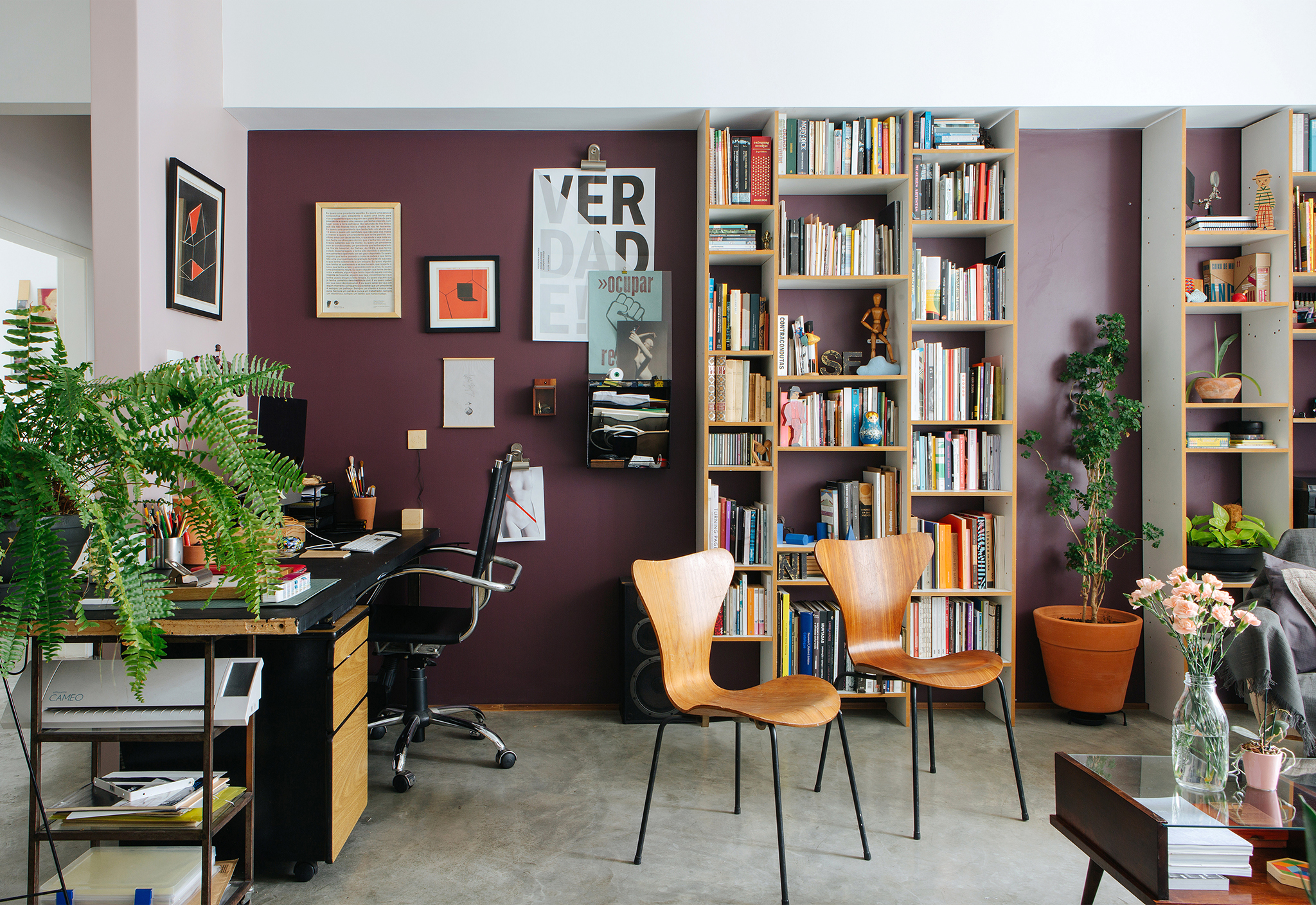 Apartamento com home office na sala e paredes coloridas