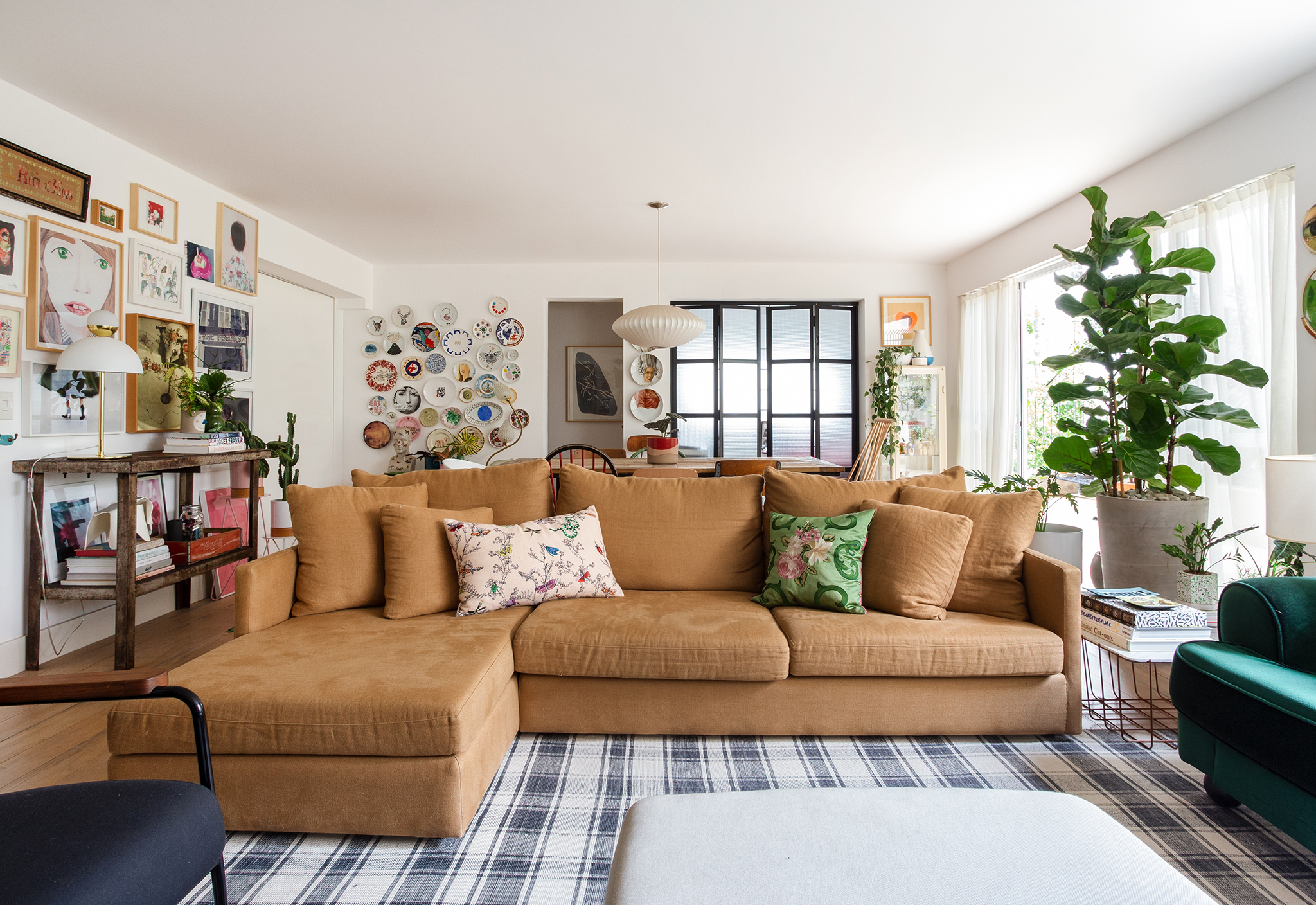 Apartamento Ana Strumpf com sofá na cor camelo