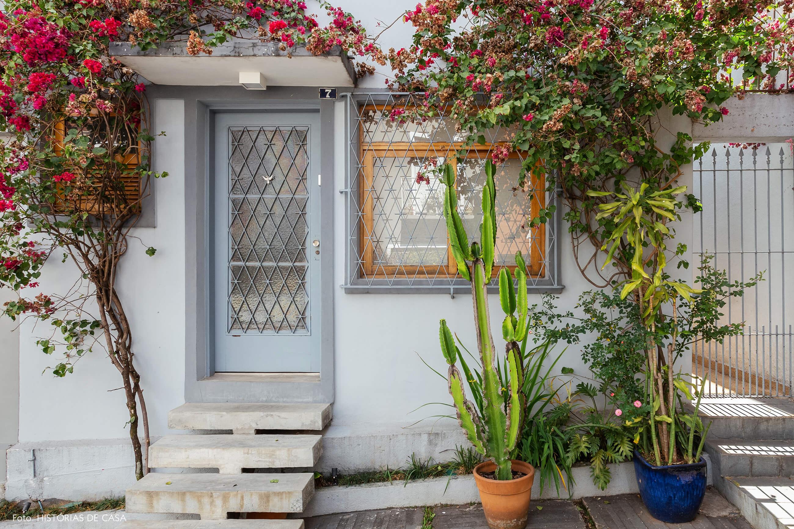 Casa de vila com fachada antiga pintada de cinza