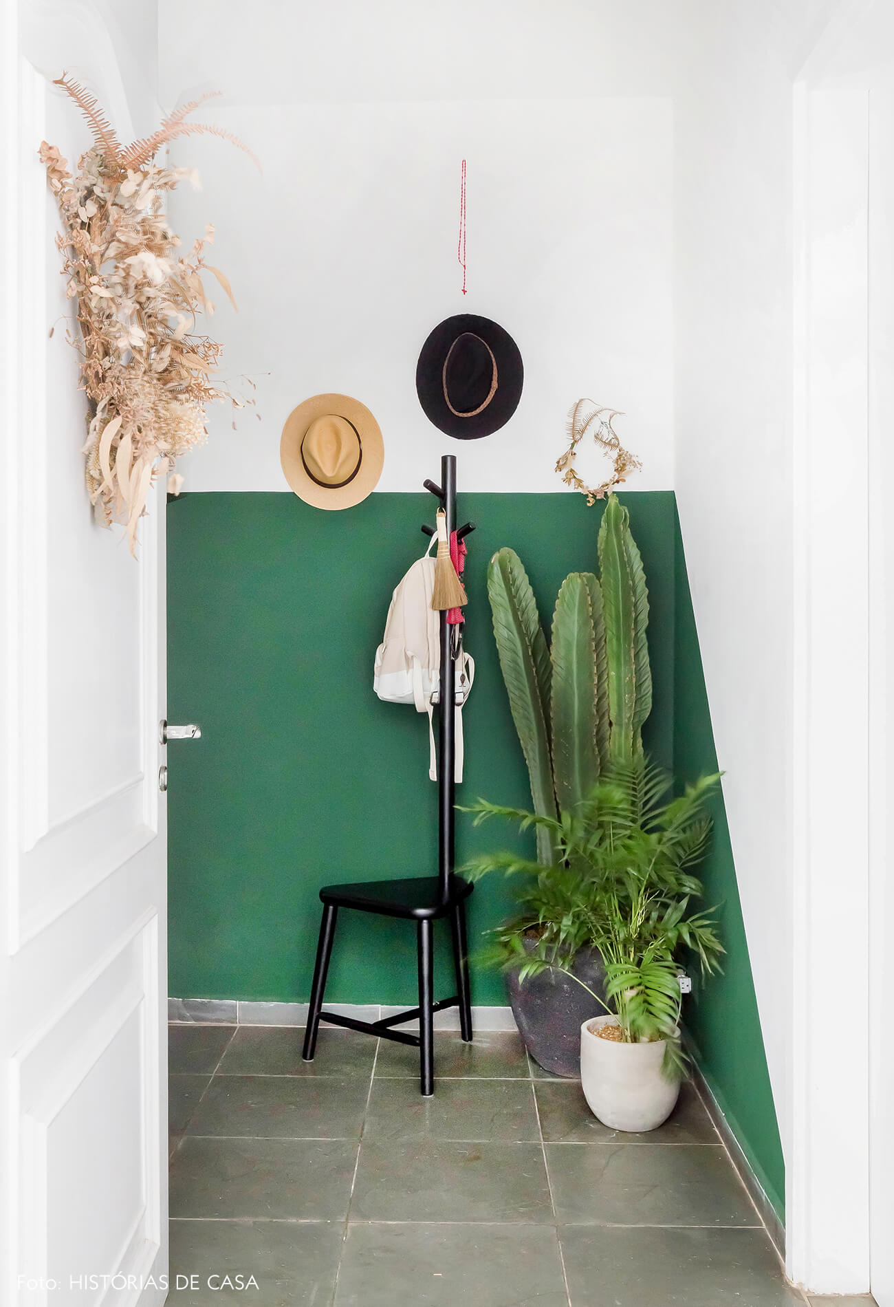 Hall de entrada com parede pintada de verde