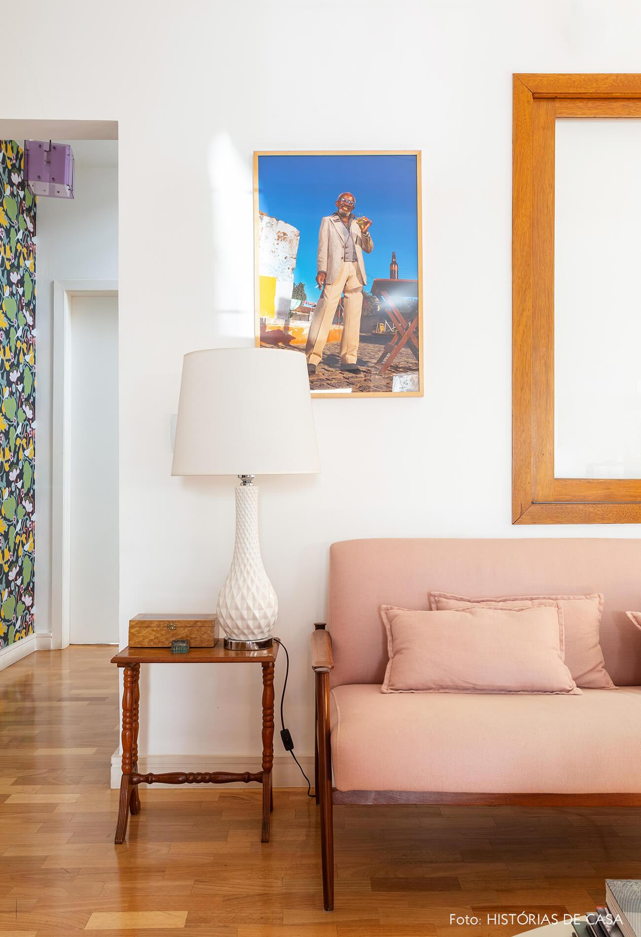 Mesa lateral vintage e sofá de linho rosa