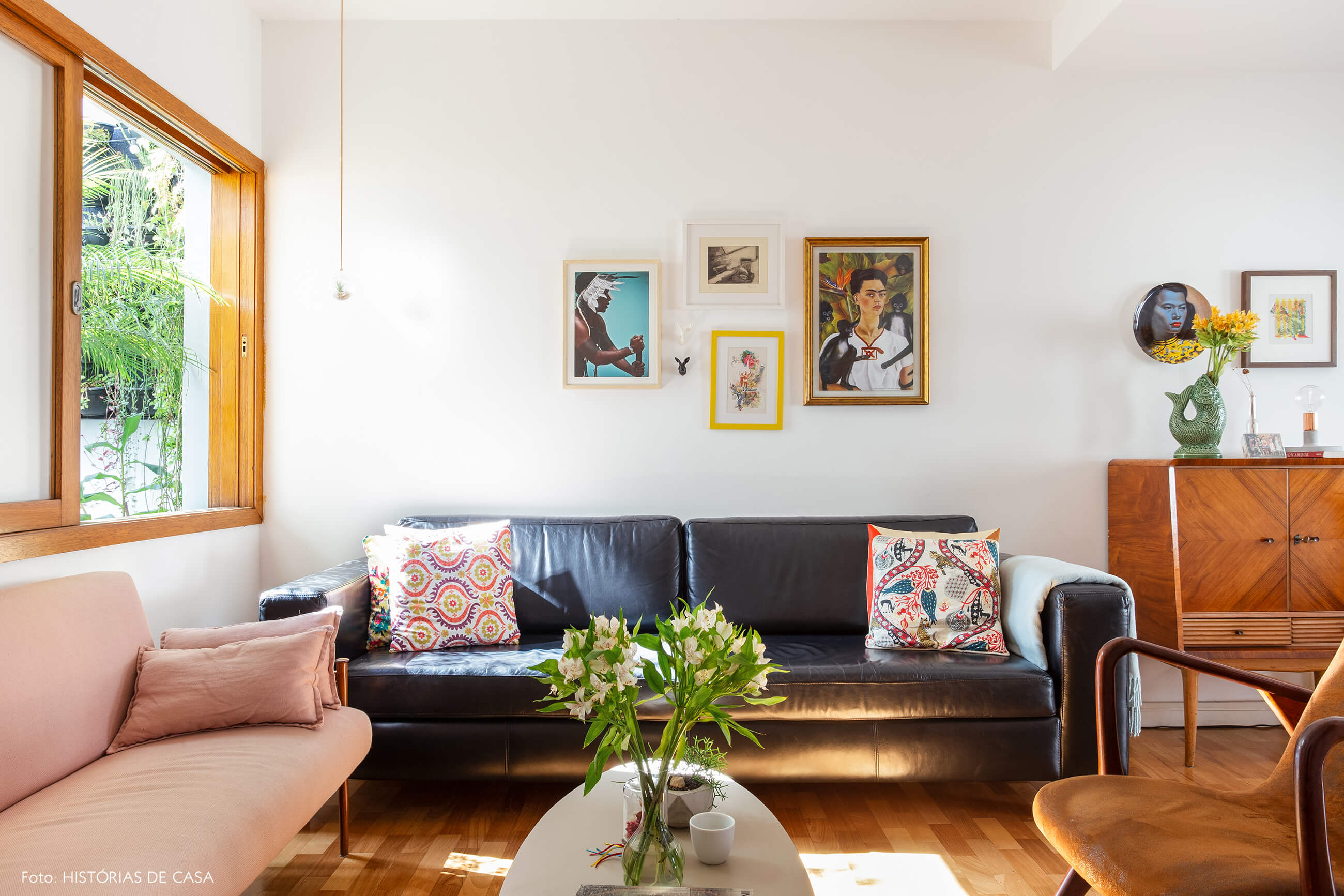 Sala com sofá de couro preto