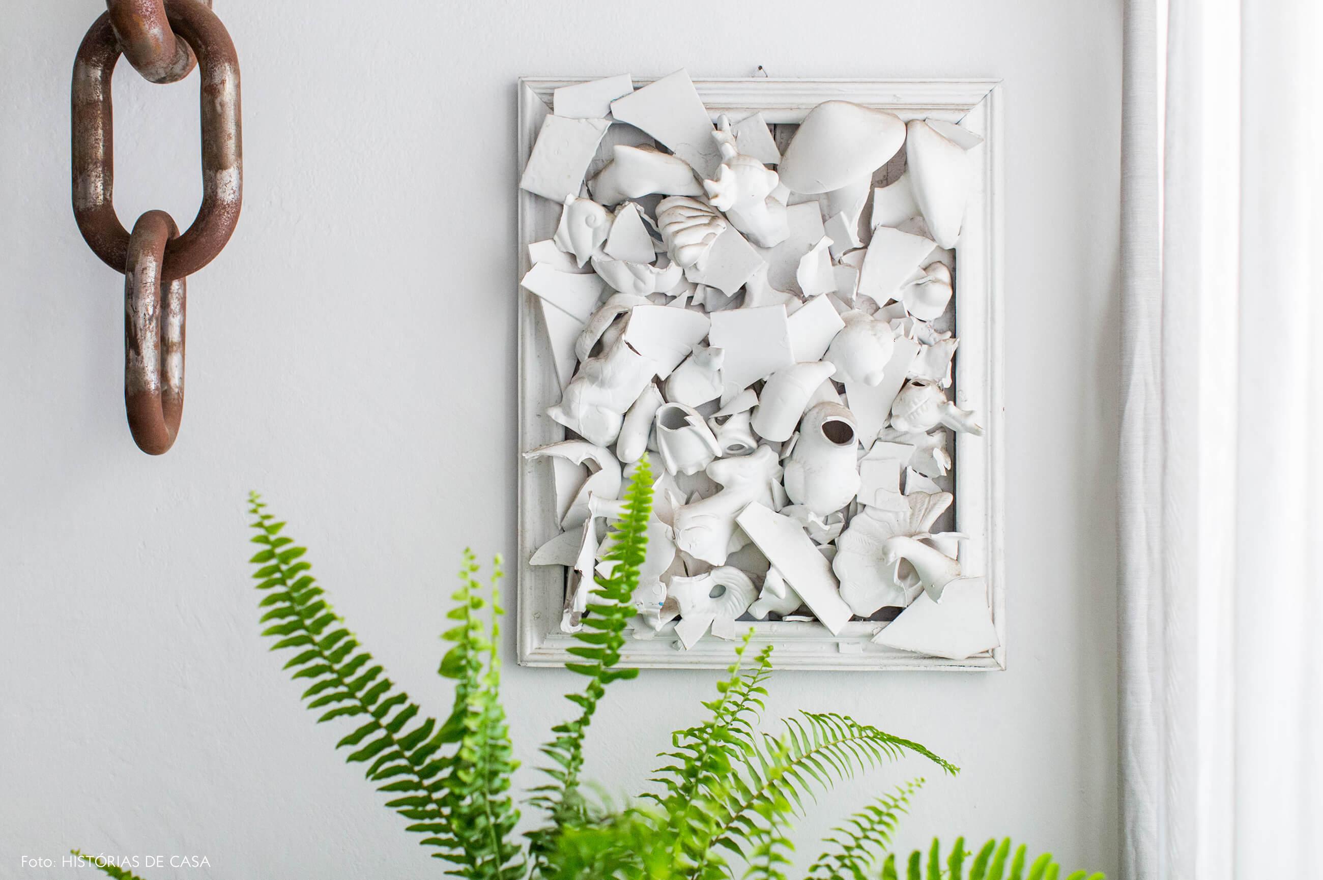 Obra de arte com peças brancas