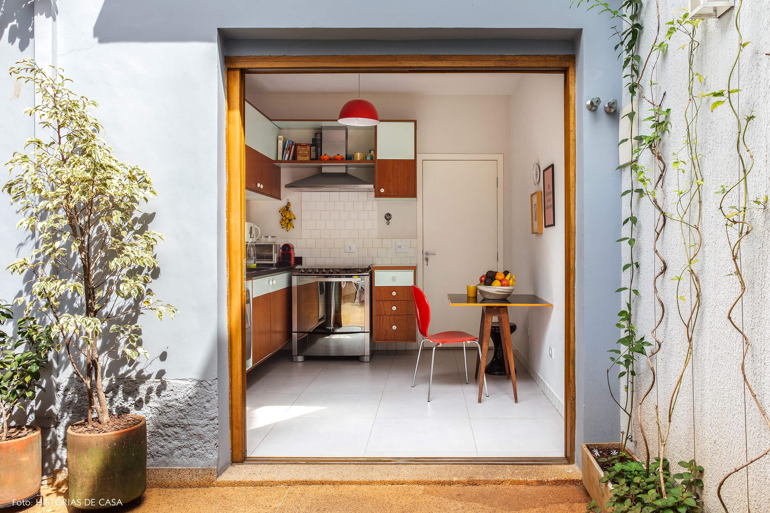 Cozinha com clima vintage em casa de vila