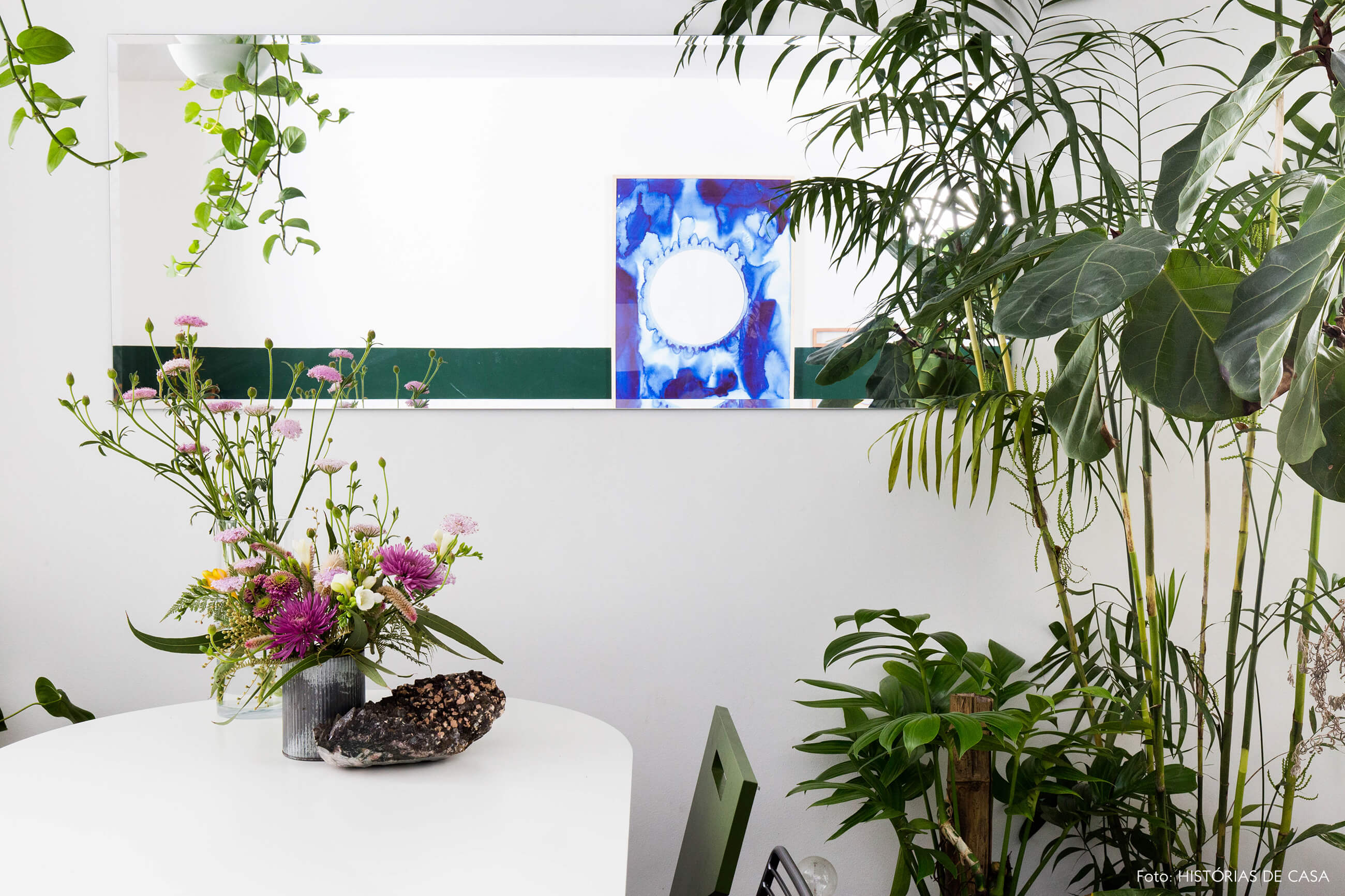 Sala de jantar com plantas e espelho