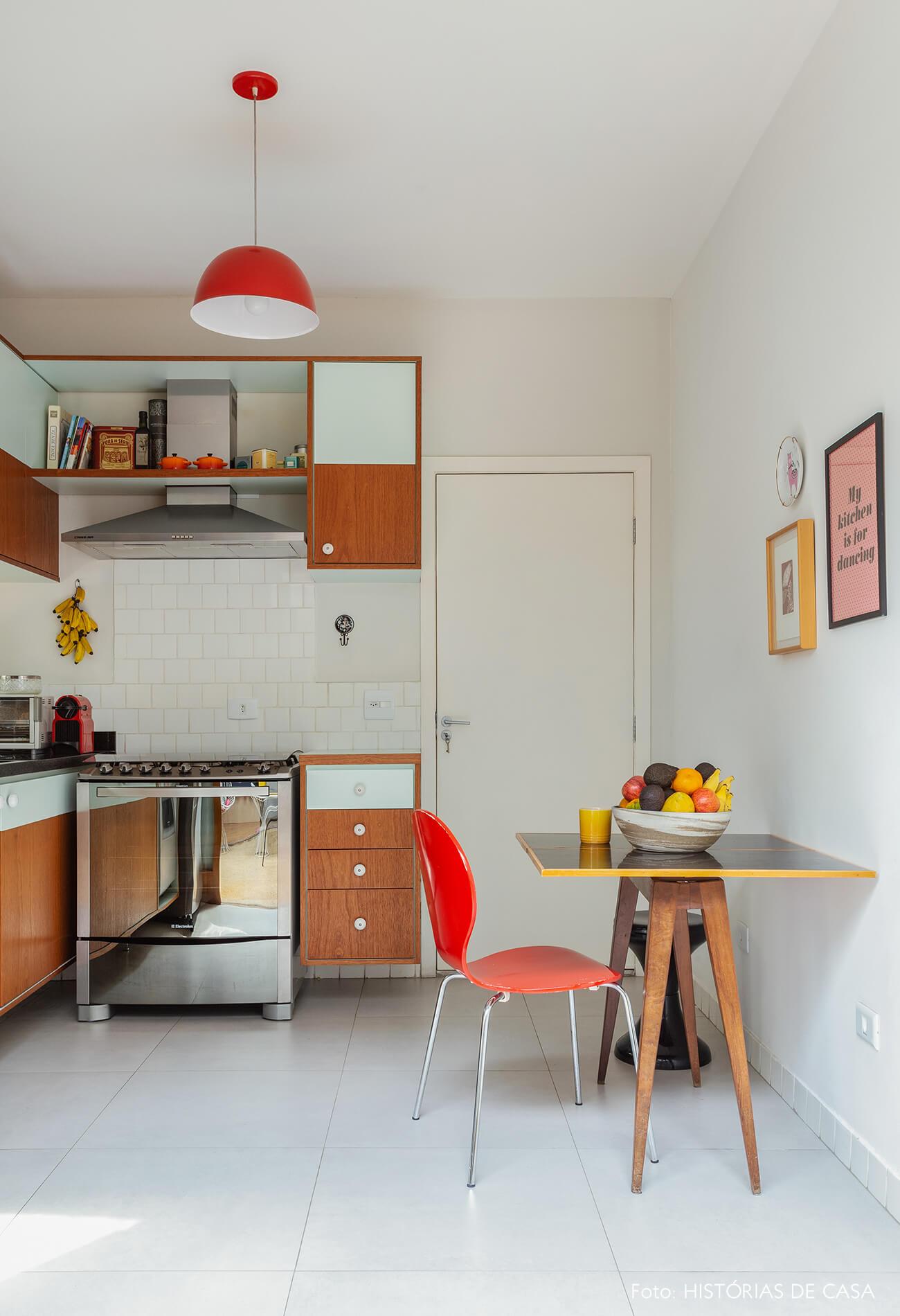 Cozinha com clima vintage e armários de madeira