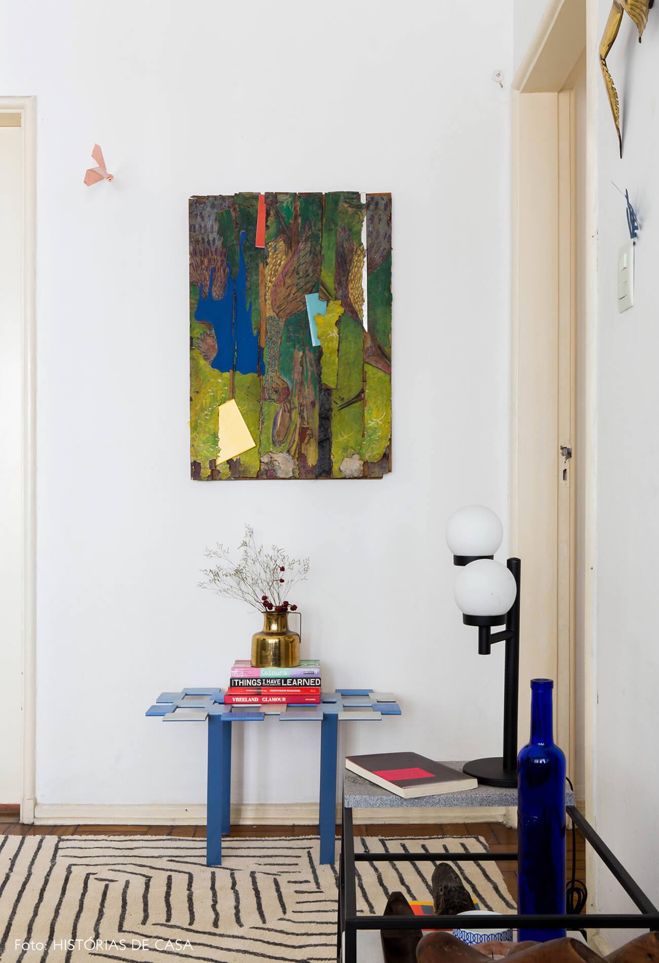 Tapete geométrico e móveis de Humberto da Mata