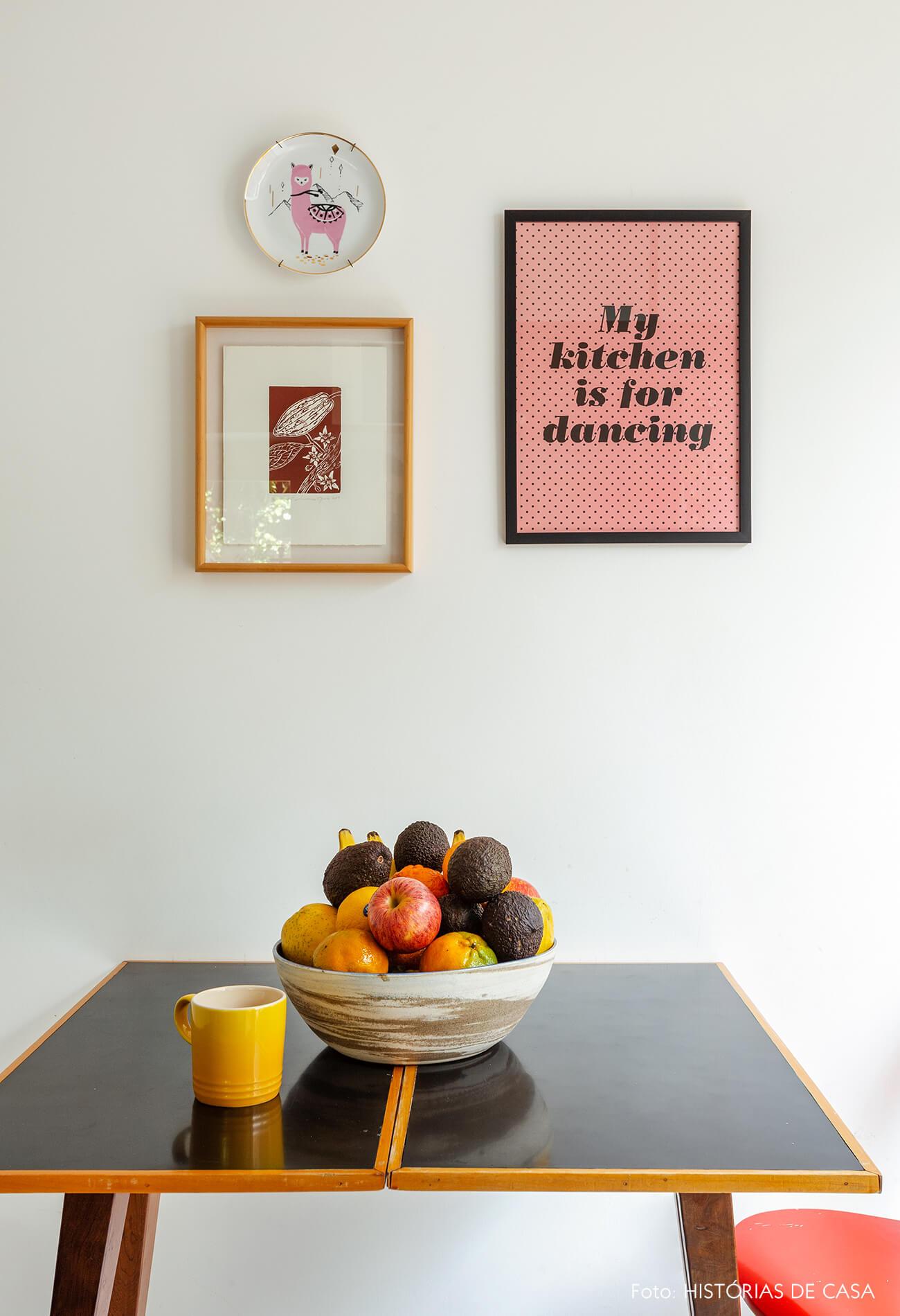 Cozinha com quadrinhos e mesa pequena